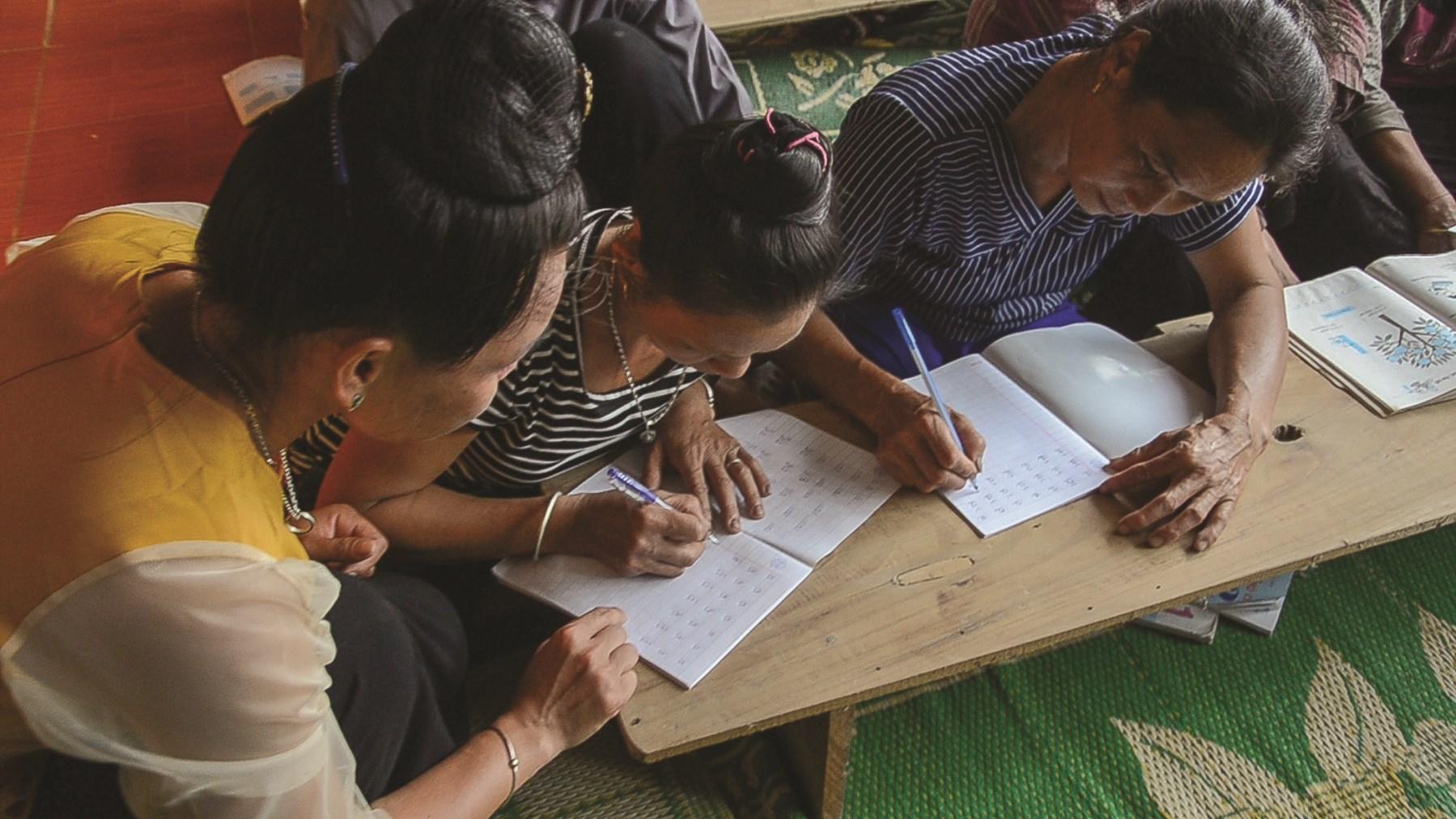 Nhờ nỗ lực học tập, đến nay nhiều phụ nữ lớn tuổi trong bản đã biết đọc, biết viết