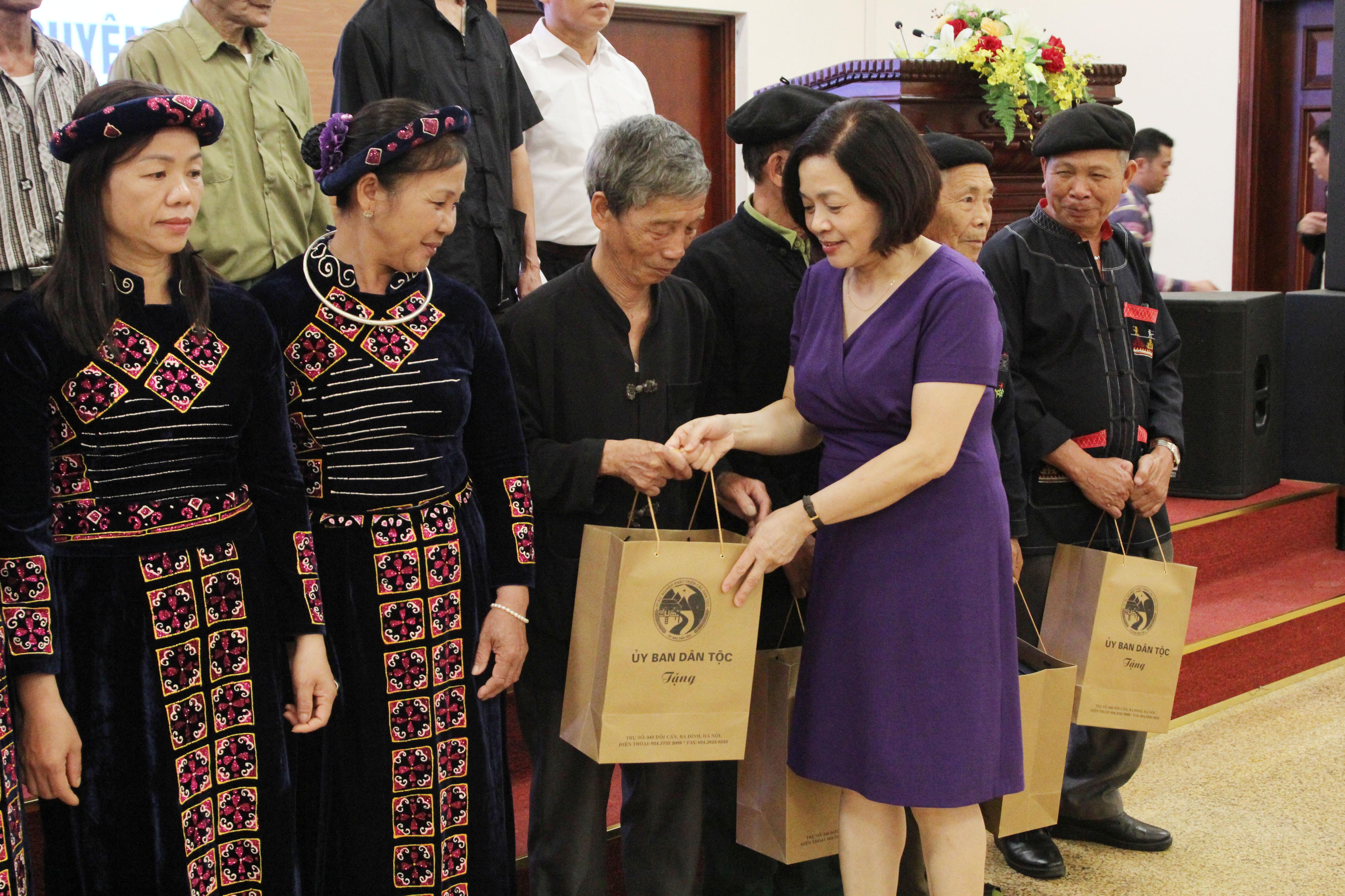 Bà Nguyễn Thị Tư, Vụ trưởng Vụ DTTS trao quà lưu niệm của UBDT cho các đại biểu