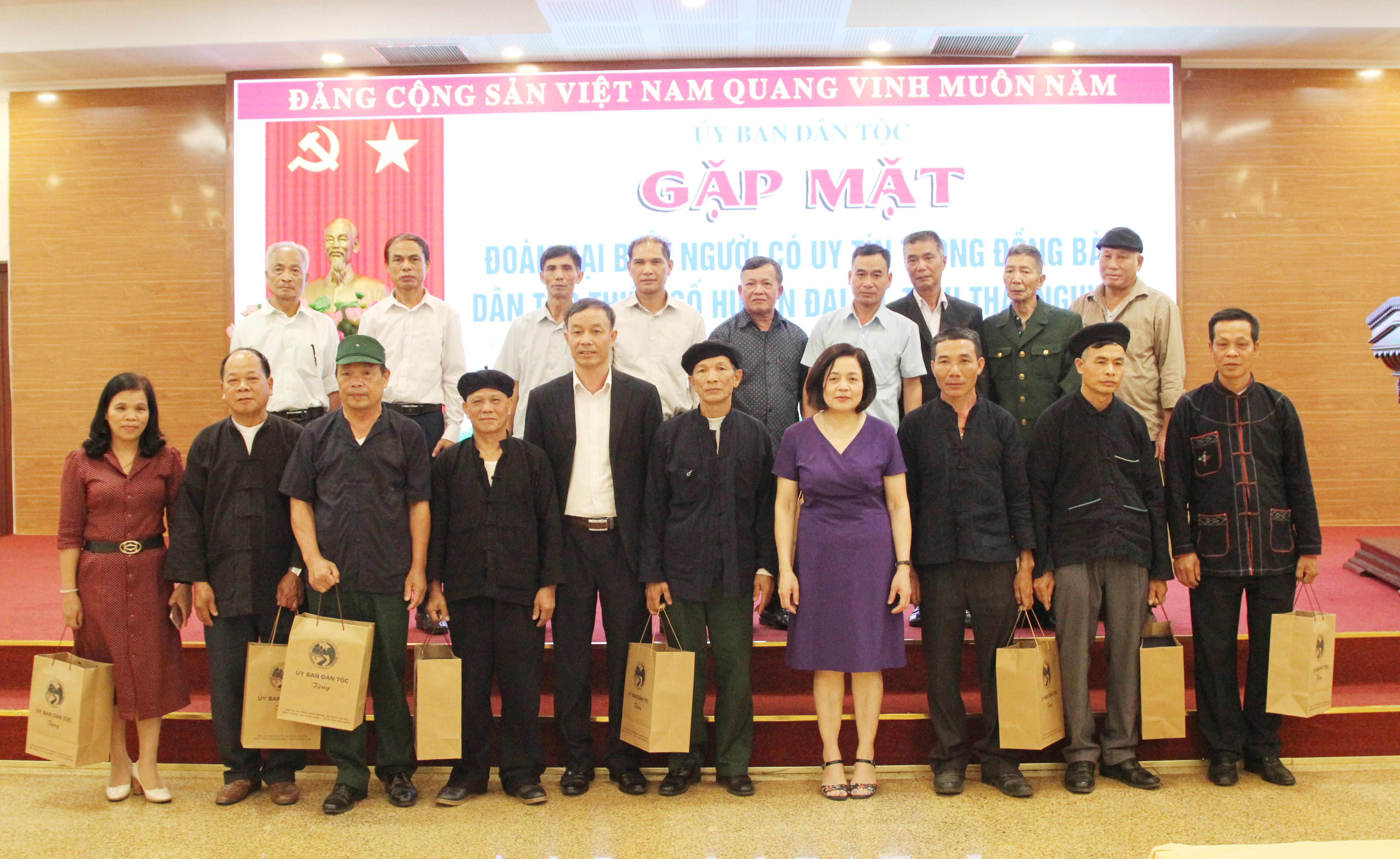 Bà Nguyễn Thị Tư, Vụ trưởng Vụ DTTS chụp ảnh lưu niệm cùng đoàn đại biểu