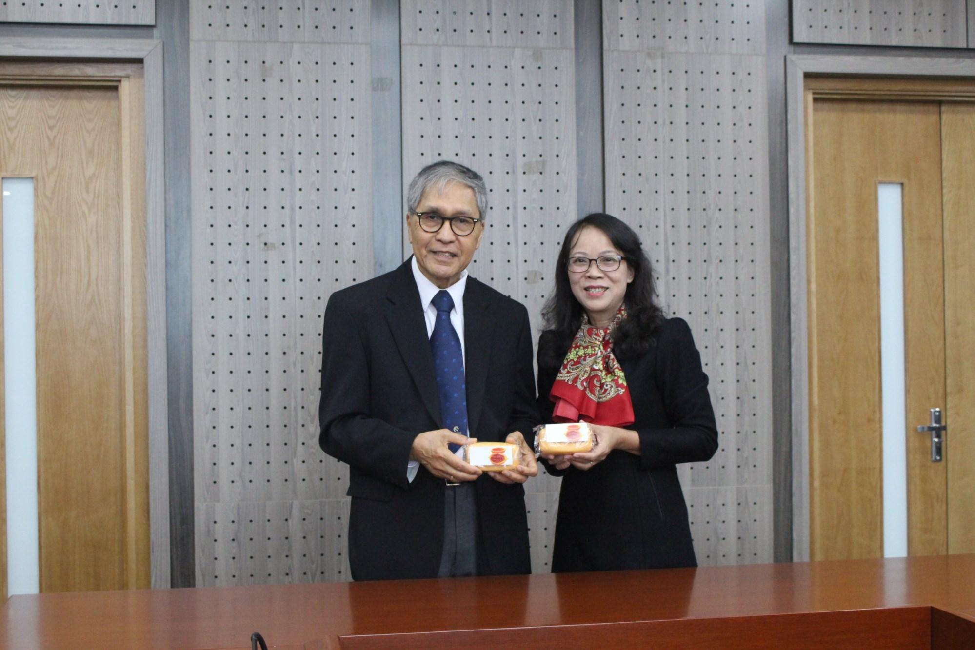 PGS. Nguyễn Minh, đại diện Trường Đại học Newcastle tặng sản phẩm được làm từ gấc cho Thứ trưởng, Phó Chủ nhiệm Hoàng Thị Hạnh.