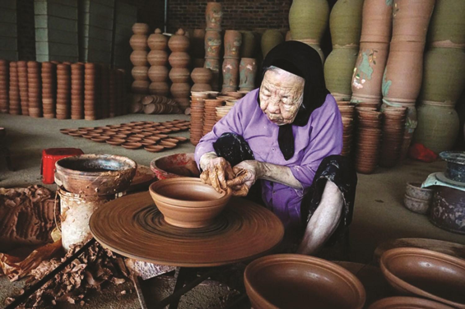 Qua bàn tay của người thợ thủ công, đất sét được luyện thật nhuyễn, đảm bảo độ dẻo, mịn nhất định và được tạo hình trên bàn xoay bằng tay hoặc trên khuôn