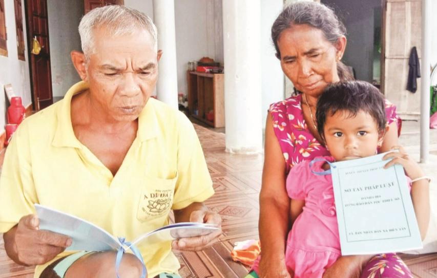 Các già làng ở Khánh Sơn tham gia tìm hiểu kiến thức pháp luật để tuyên truyền cho con cháu không tảo hôn và hôn nhân cận huyết.