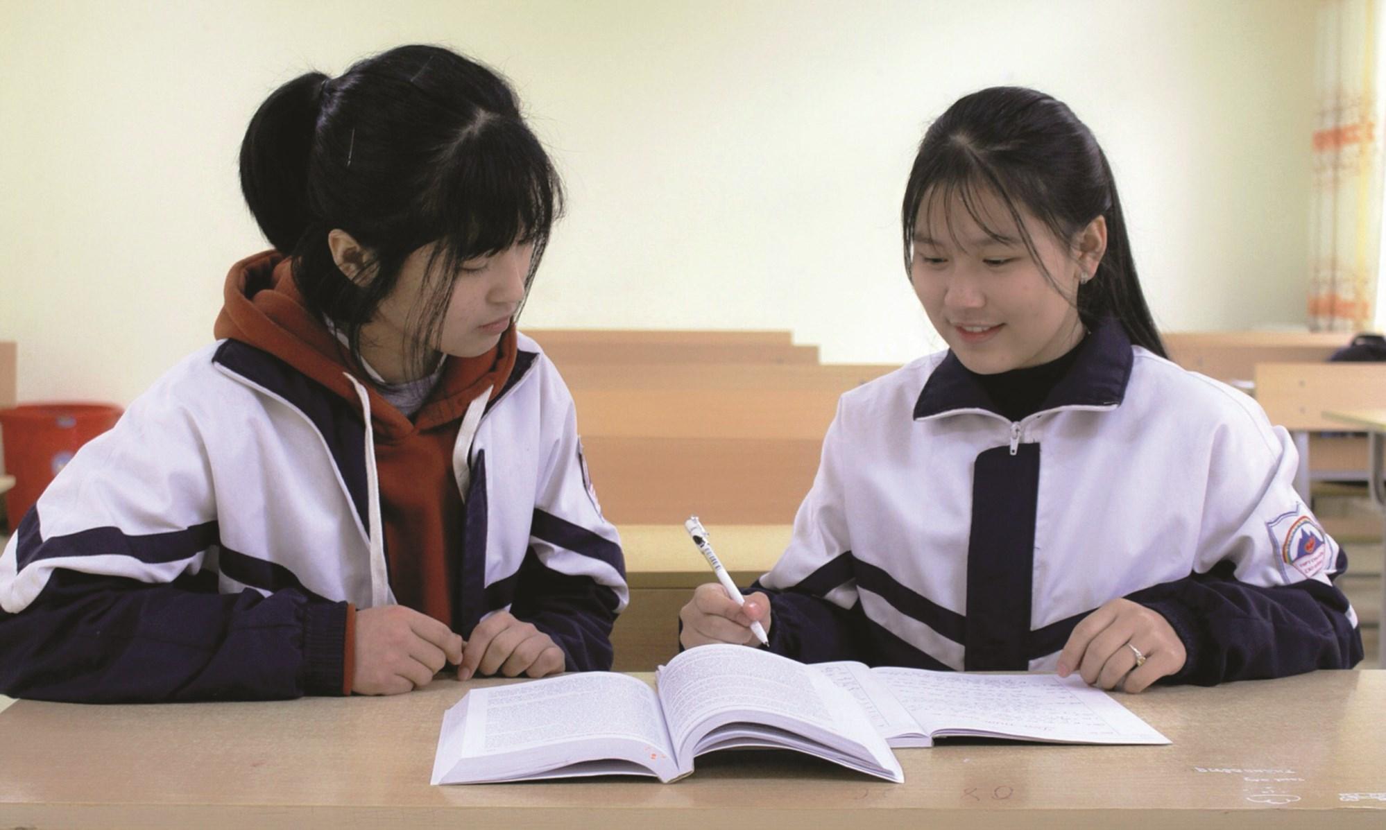 Nông Triệu Bảo Ngọc (bên phải) thảo luận kiến thức môn Lịch sử với bạn học.