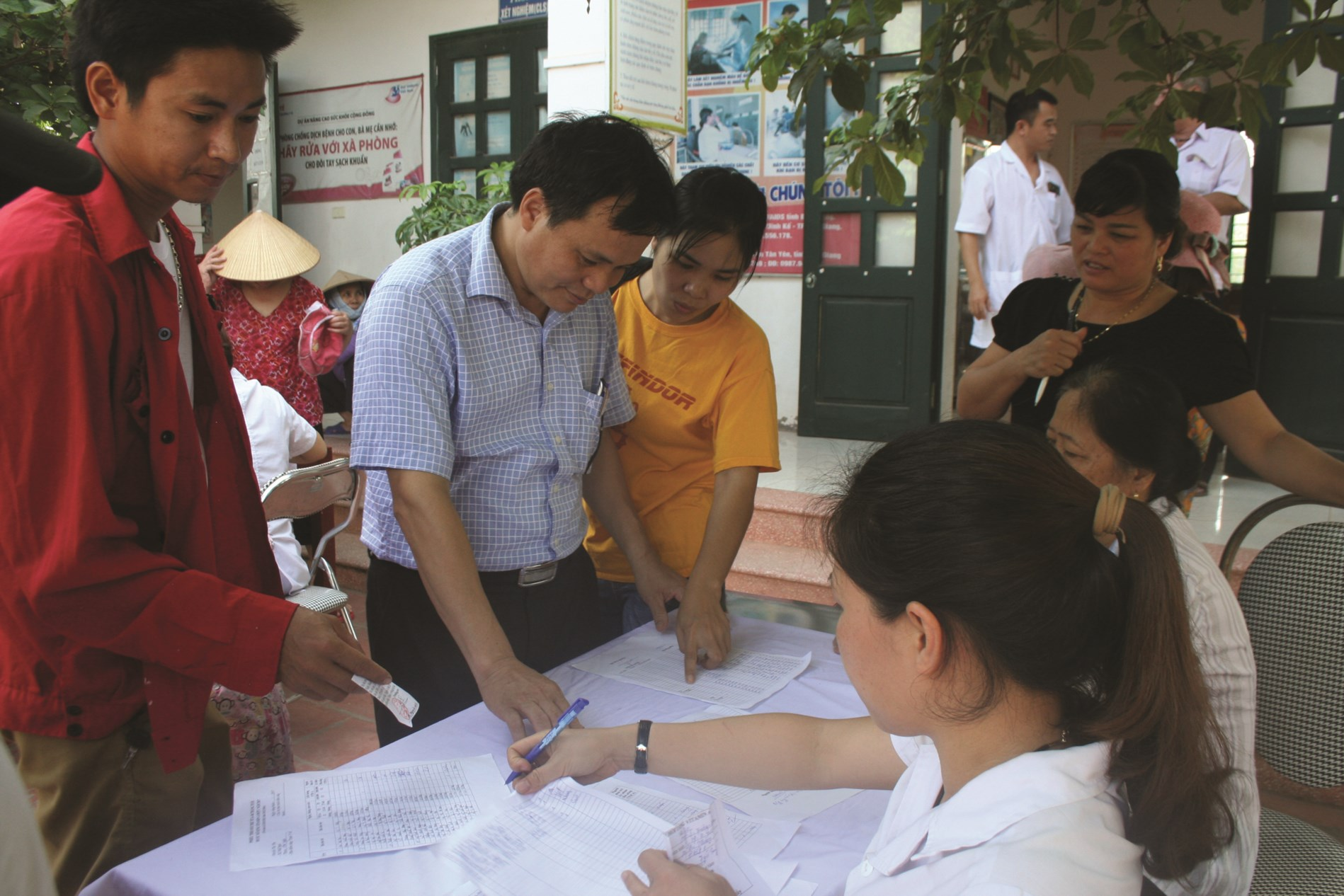 Bác sĩ Lâm Văn Tuấn (thứ 2 từ trái qua) luôn tận tình tư vấn sức khỏe cho người dân.