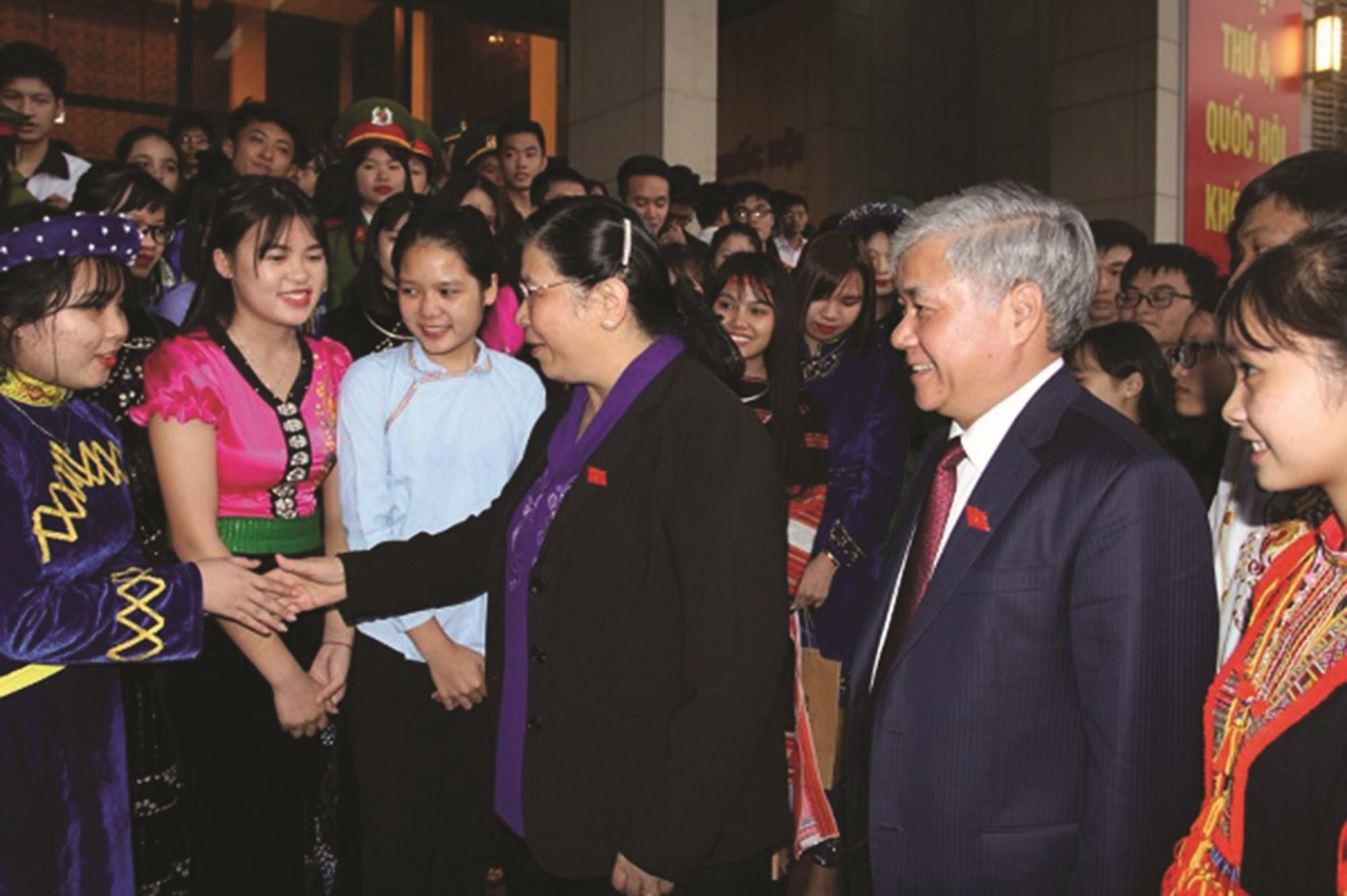 Phó Chủ tịch Quốc hội Tòng Thị Phóng và Bộ trưởng, Chủ nhiệm UBDT Đỗ Văn Chiến gặp gỡ các em trong khuôn khổ Lễ Tuyên dương học sinh, sinh viên DTTS xuất sắc, tiêu biểu năm 2017.