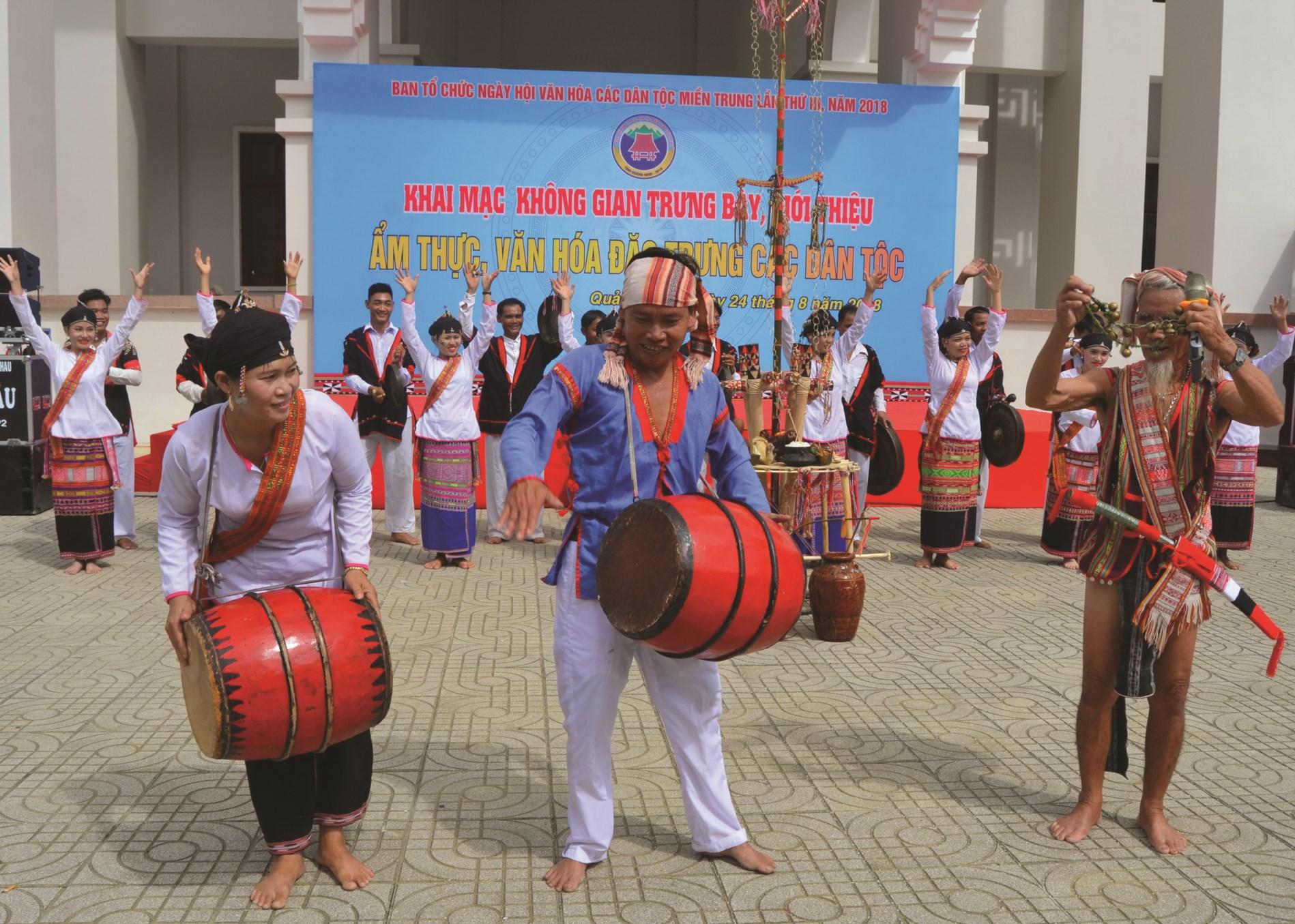 Các nghệ nhân Chăm H'roi Bình Định biểu diễn trống K'toang.