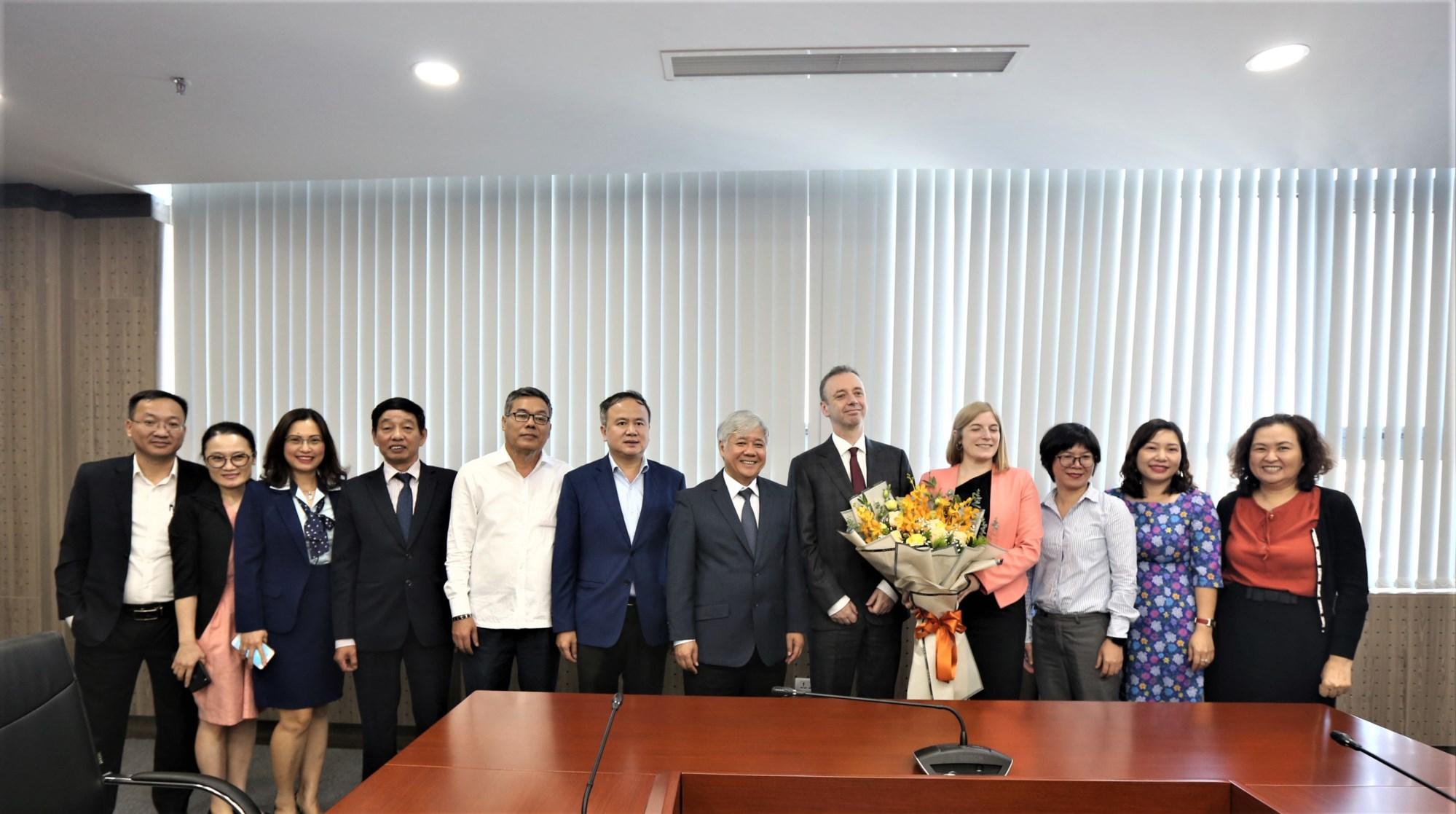 Bộ trưởng, Chủ nhiệm UBDT Đỗ Văn Chiến tiếp; Ngài Đại sứ Ai Len John McCullagh và các đại biểu chụp ảnh lưu niệm sau buổi làm việc .