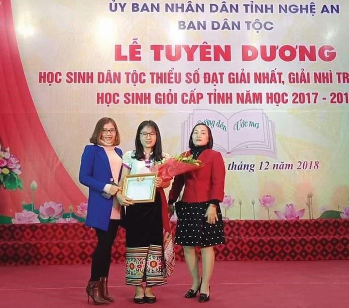 Lương Thị Phương Thảo (giữa) trong Lễ Tuyên dương học sinh DTTS có thành tích học tập xuất sắc tại tỉnh Nghệ An.