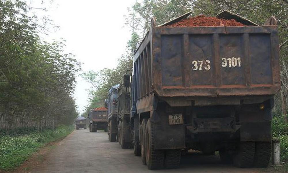 Hàng đoàn xe chở đất đem đi bán ở Yên Thành..