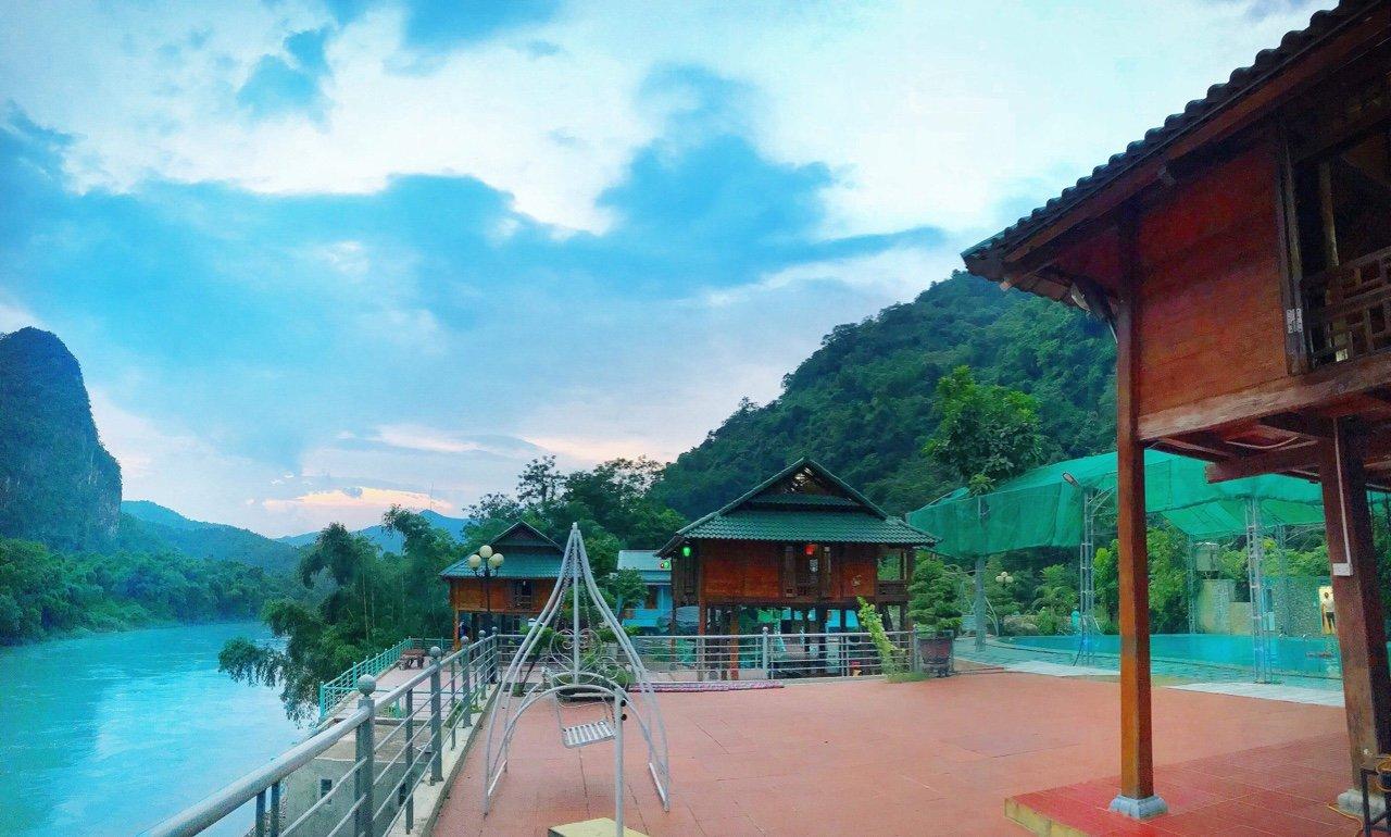 Khu du lịch sinh thái ẩm thực giải trí Mường Cada nằm sát bên bờ sông Mã, thu hút được du khách đến thăm quan và tìm hiểu