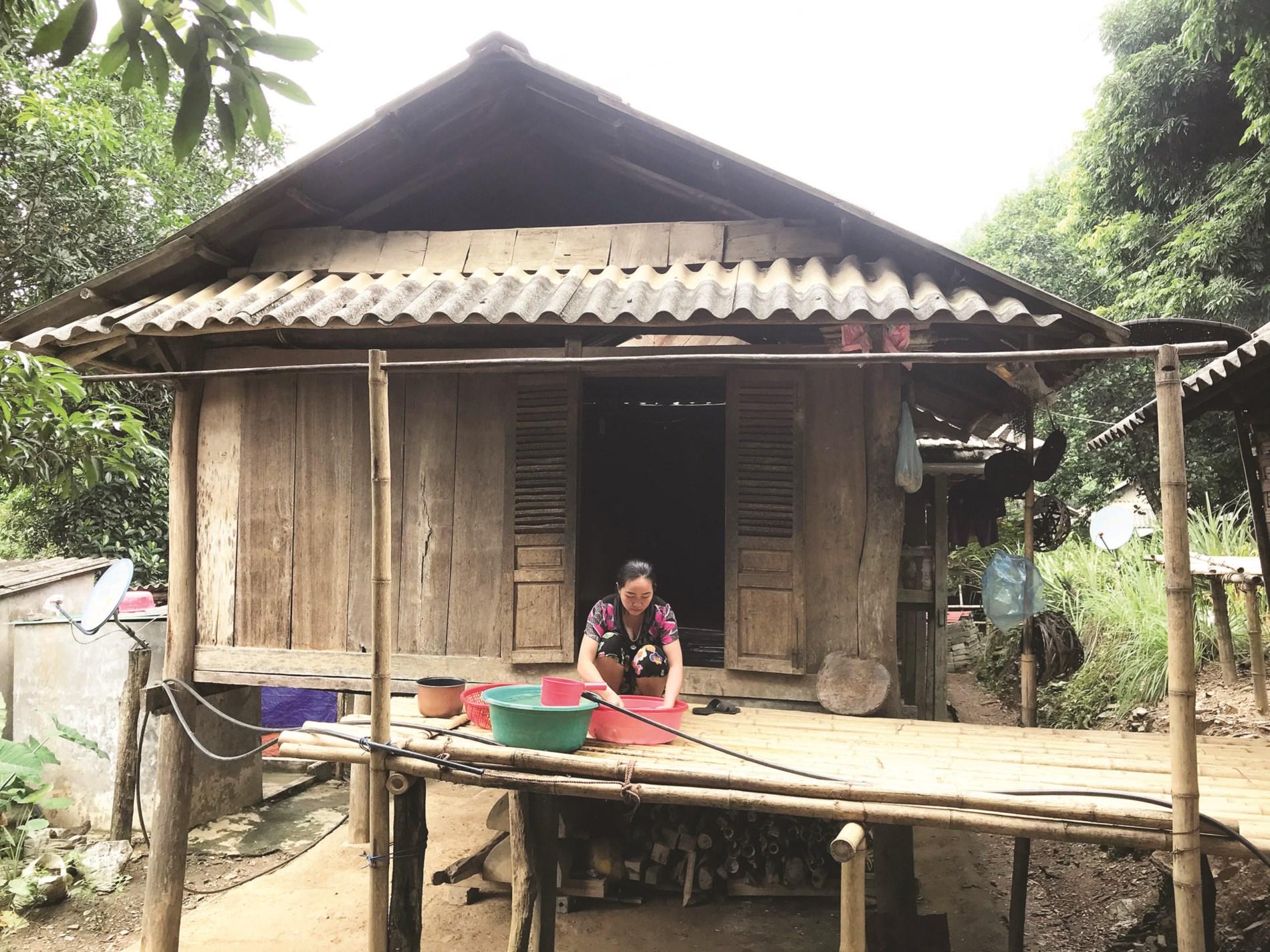 Bà Hà Thị Ngoạn vẫn đang bám trụ trong ngôi nhà thuộc khu vực có nguy cơ sạt lở đất.