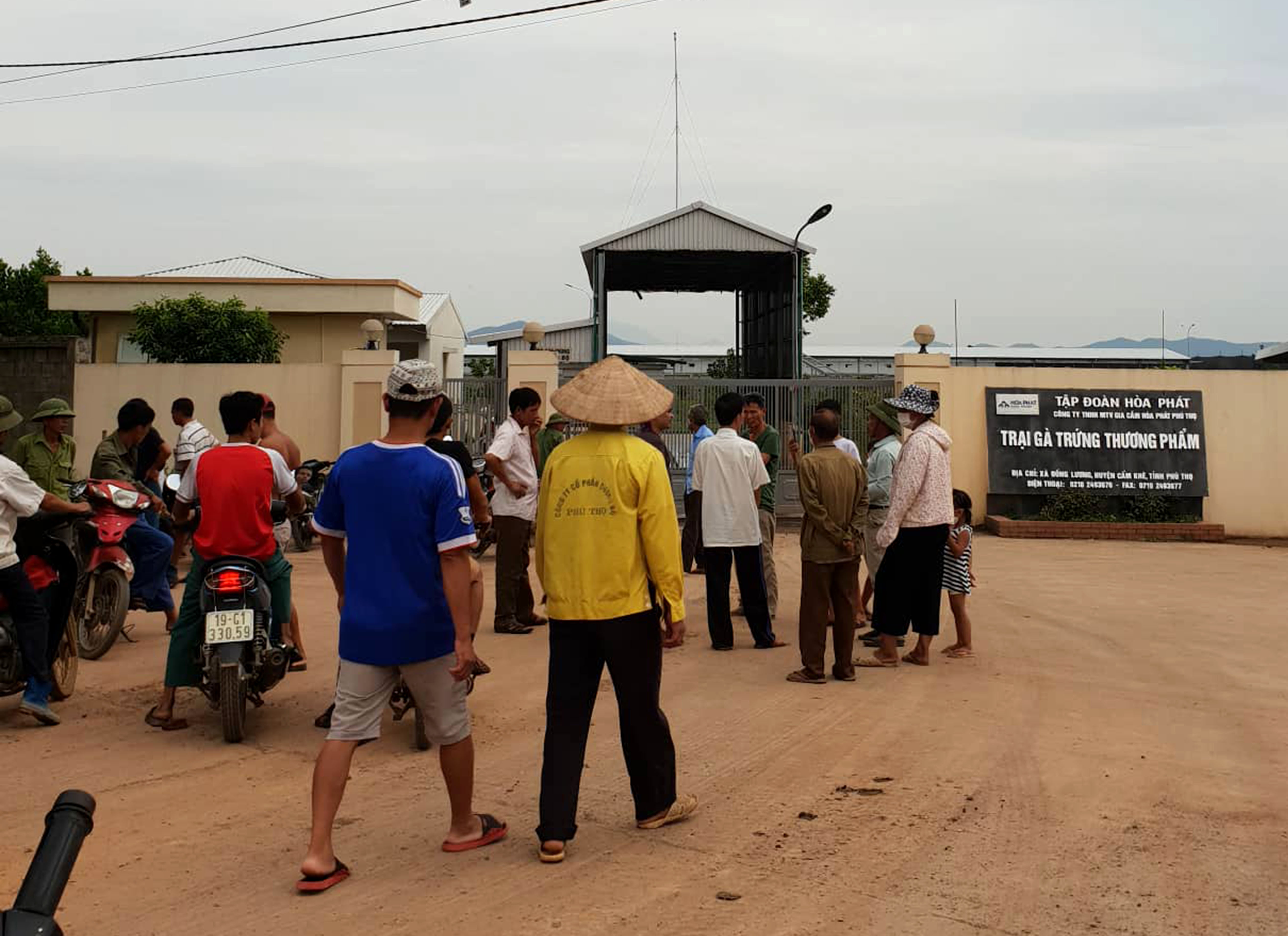 Người dân tập trung trước cổng trại gà để phản đối.
