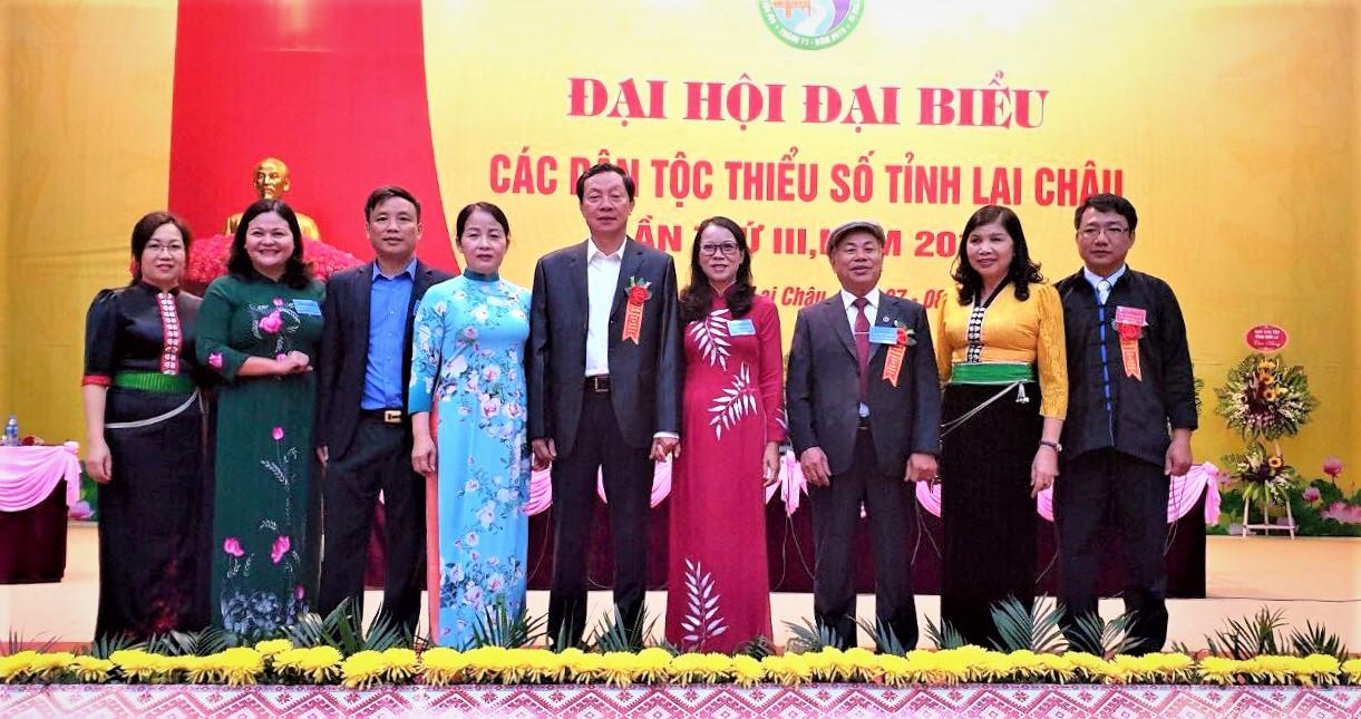 Thứ trưởng, Phó Chủ nhiệm UBDT Hoàng Thị Hạnh chụp ảnh lưu niệm cùng các đại biểu.