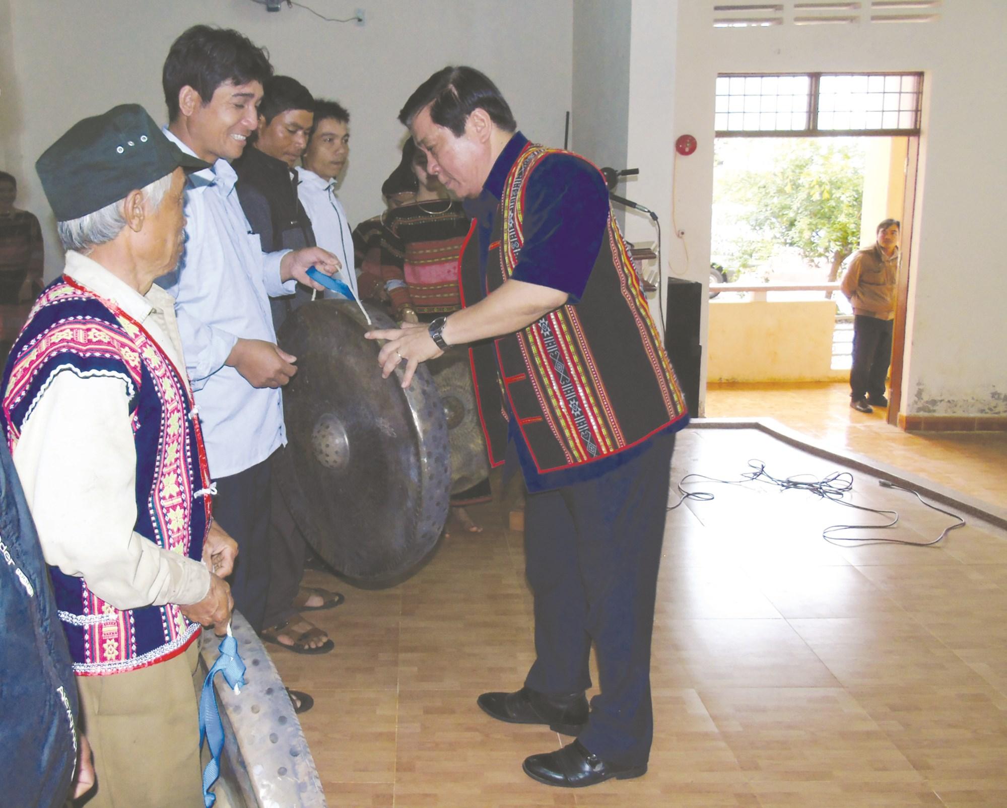 Lãnh đạo tỉnh Bình Định trao cồng chiêng cho các làng đồng bào DTTS cuối năm 2018.