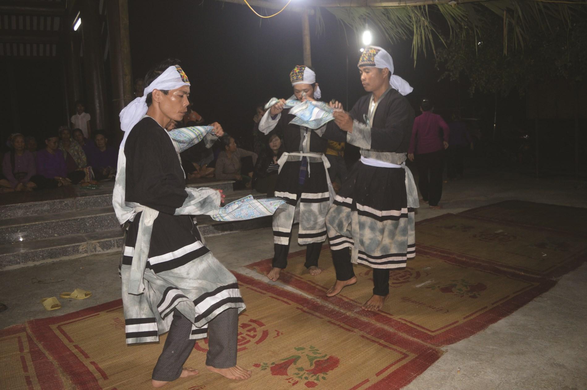 """Điệu múa """"Sau quat"""" của người Cao Lan xã Kim Phú huyện Yên Sơn (Tuyên Quang)."""