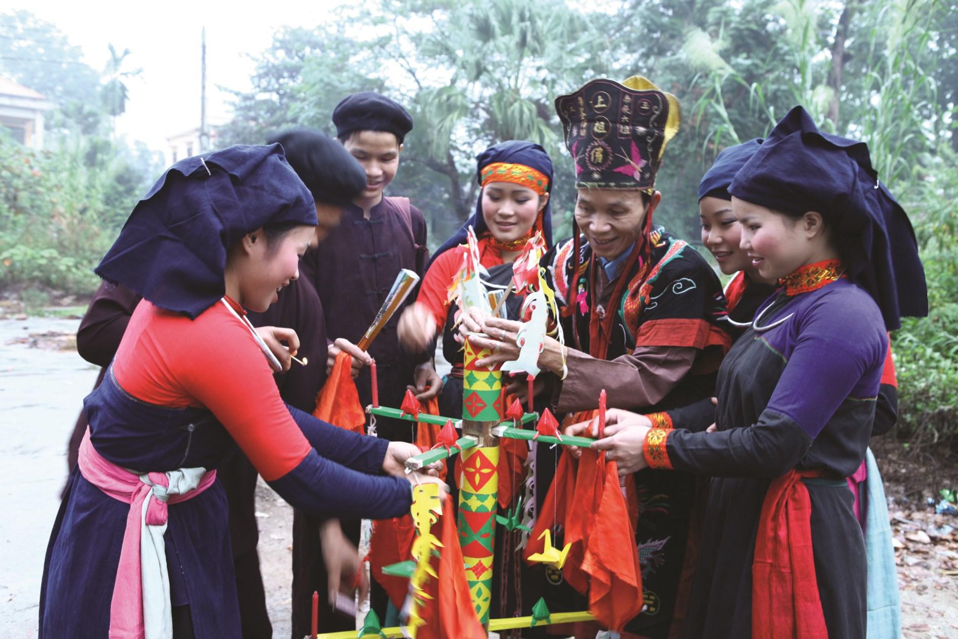"""Điệu múa """"Cầu mùa"""" của người Cao Lan xã Thành Long, huyện Hàm Yên (Tuyên Quang)."""