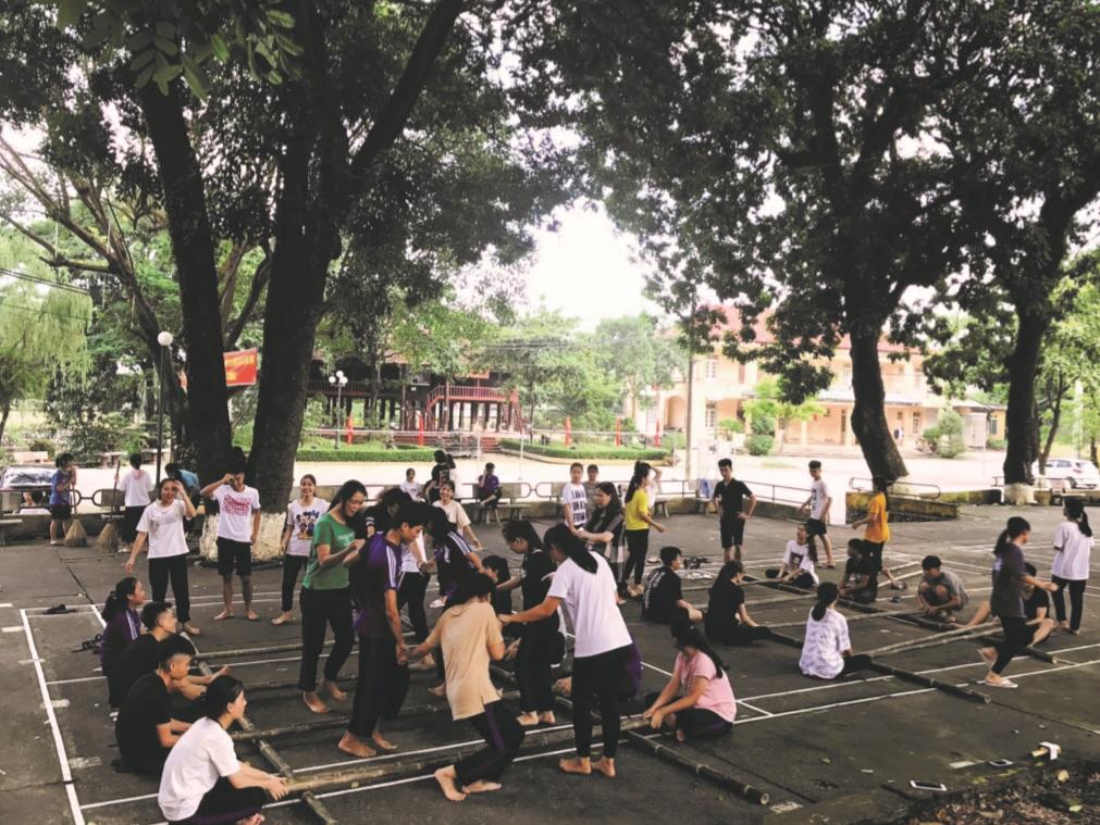 Nhiều hoạt động văn hóa dân gian truyền thống đã được đưa vào các trường học. Trong ảnh: Học sinh Trường vùng cao Việt Bắc phấn khởi tham gia giờ ngoại khóa.
