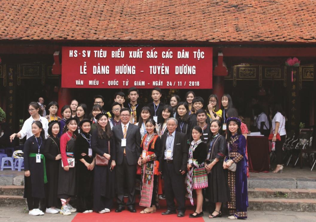 Các em học sinh, sinh viên DTTS xuất sắc, tiêu biểu năm 2018 thăm quan chụp ảnh lưu niệm tại Văn Miếu Quốc Tử Giám.