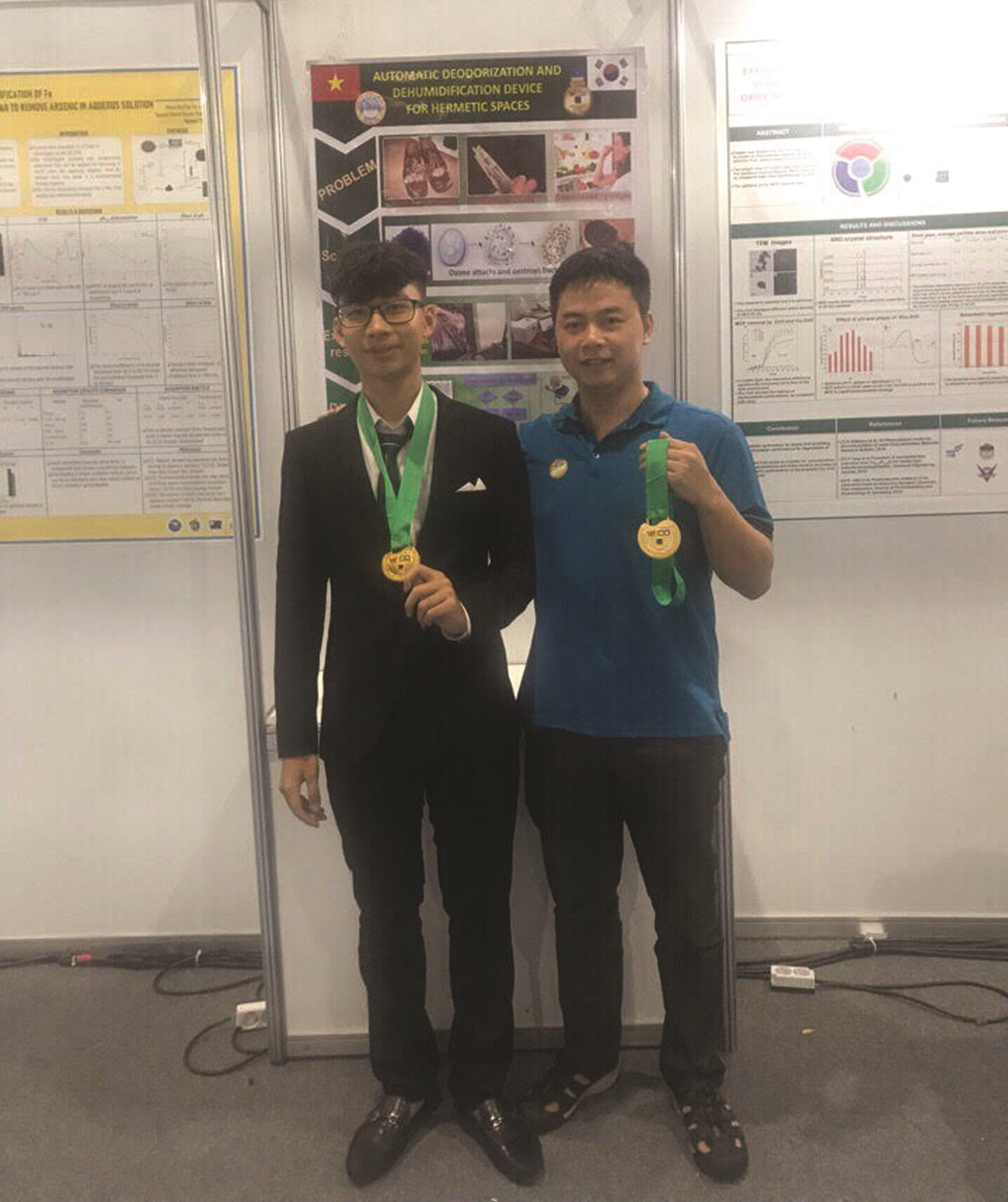 Nguyễn Tuấn Dũng (bên trái) trong cuộc thi olympic quốc tế về sáng tạo khoa học kỹ thuật.