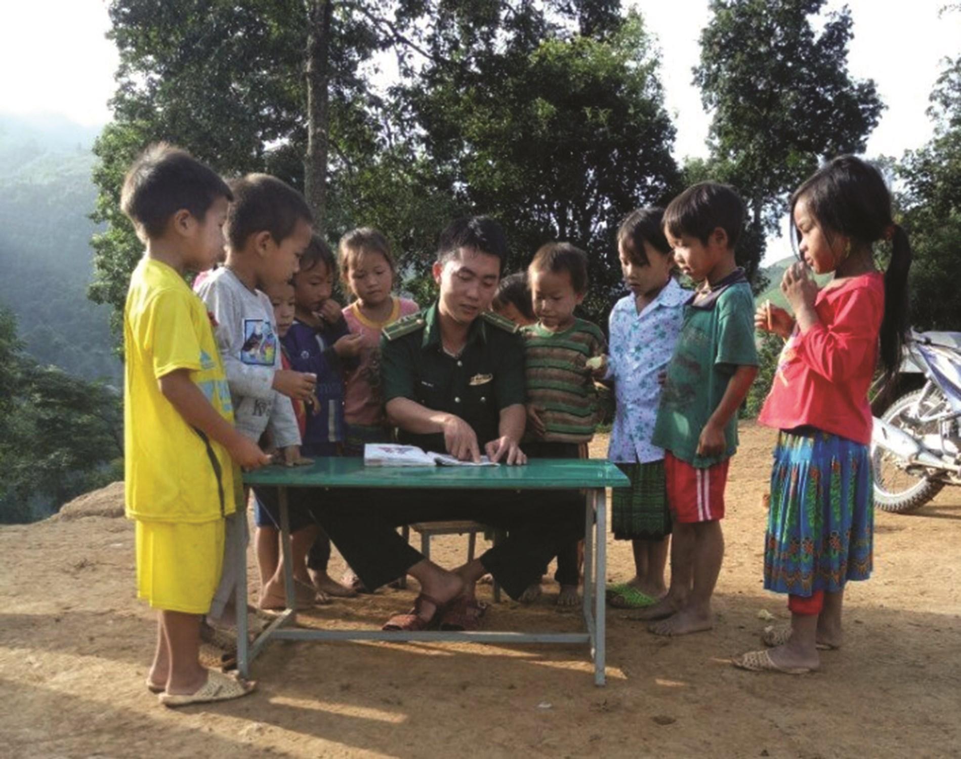 Trung úy Vàng Lao Lừ luôn miệt mài với dạy học cho trẻ em vùng biên.