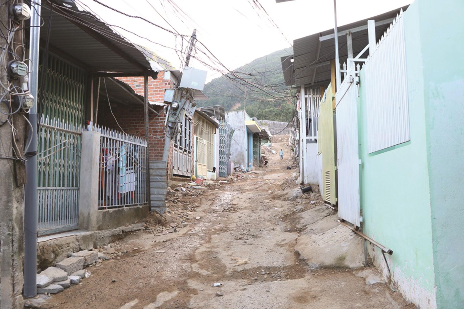 Hàng trăm ngôi nhà ở xóm Núi nằm trong vùng nguy hiểm có thể sạt lở bất cứ lúc nào.