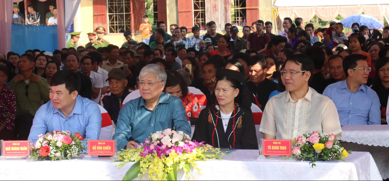 Bộ trưởng, Chủ nhiệm UBDT Đỗ Văn Chiến chung vui Ngày hội Đại đoàn kết toàn dân tộc tại thôn Vòm Tre