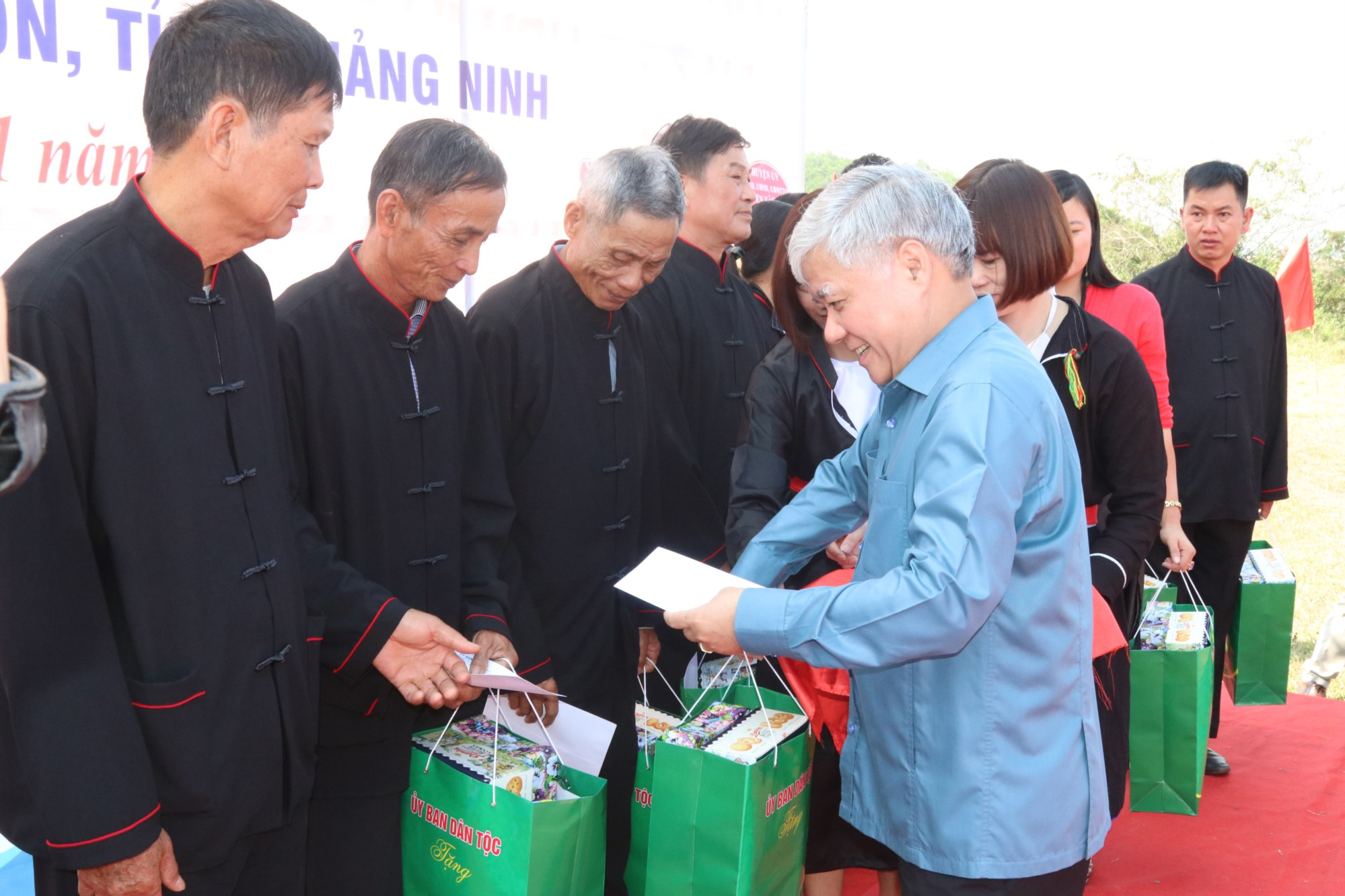 Bộ trưởng, Chủ nhiệm UBDT Đỗ Văn Chiến tặng quà cho các hộ gia đình, cá nhân tiêu biểu trên địa bàn xã.