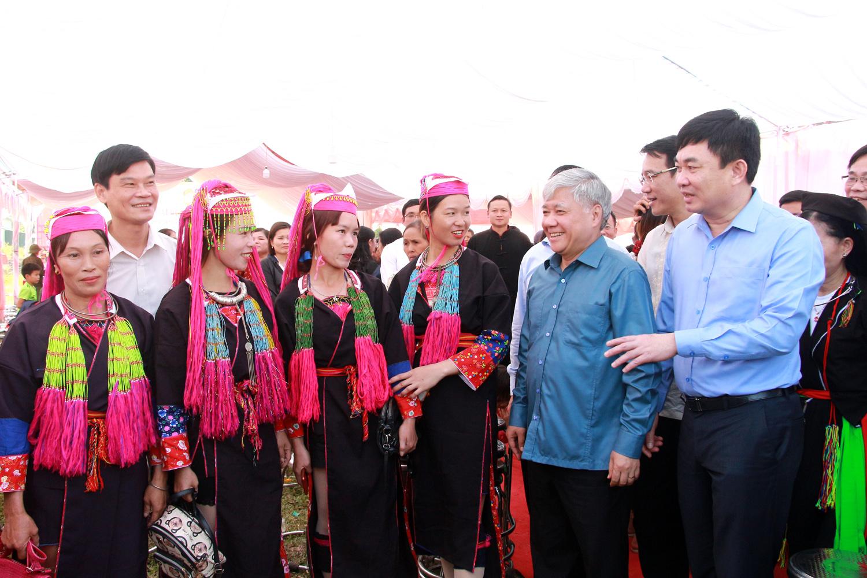 Bộ trưởng, Chủ nhiệm UBDT Đỗ Văn Chiến và các đại biểu trao đổi, trò chuyện với bà con Nhân dân xã Bình Dân.