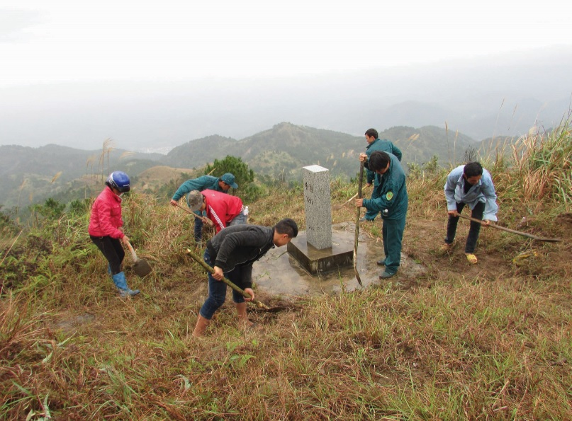Nhân dân huyện Mẫu Sơn (Lạng Sơn) phát quang cột mốc biên giới.