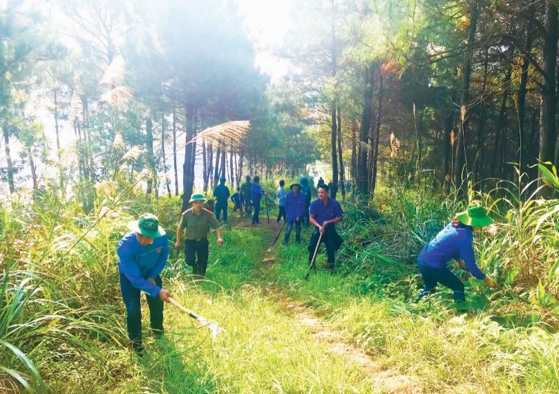 Thanh niên tỉnh Lạng Sơn dọn vệ sinh môi trường.