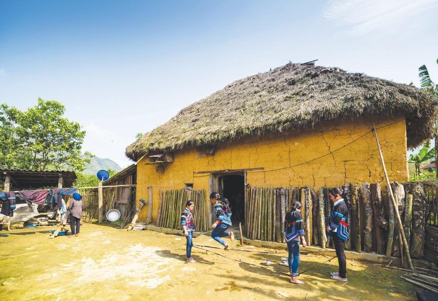 Một ngôi nhà trình tường của người Hà Nhì ở Bát Xát.