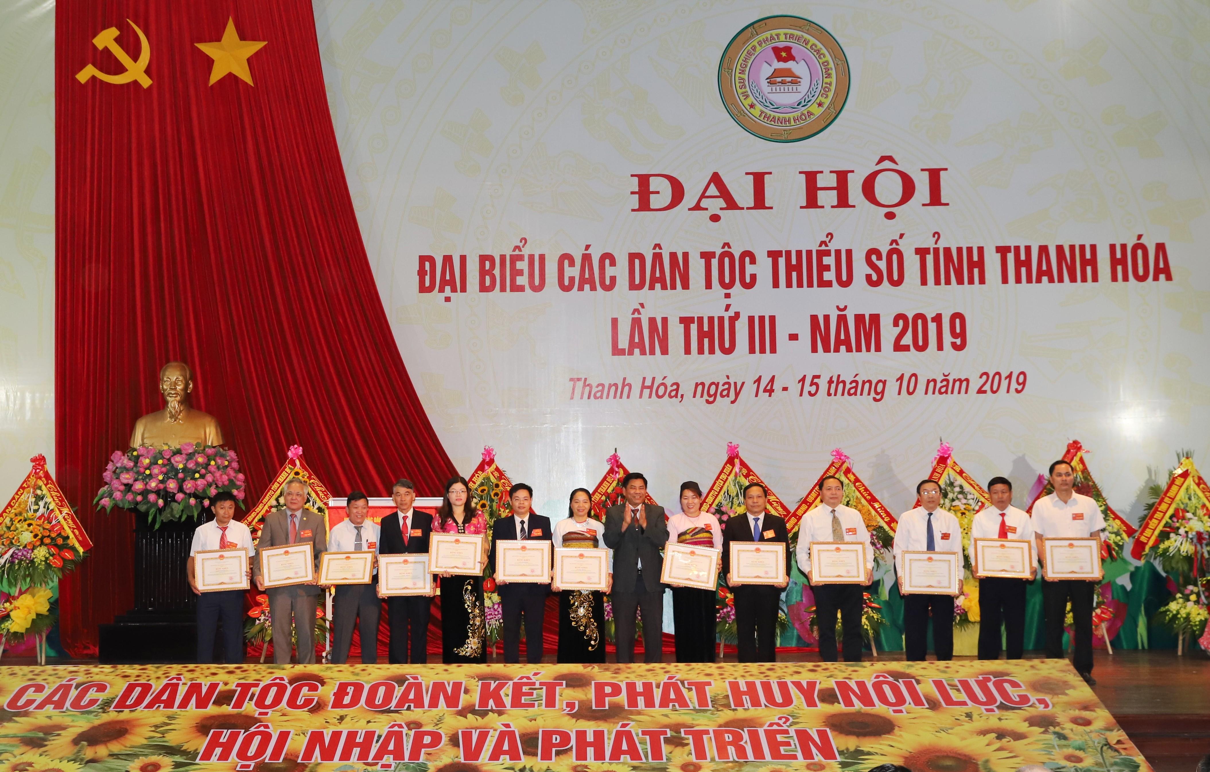 Thứ trưởng, Phó Chủ nhiệm Y Thông trao bằng khen của Bộ trưởng Chủ nhiệm UBDT cho 14 cá nhân và tập thể có thành tích xuất sắc trong thực hiện công tác dân tộc, chính sách dân tộc.