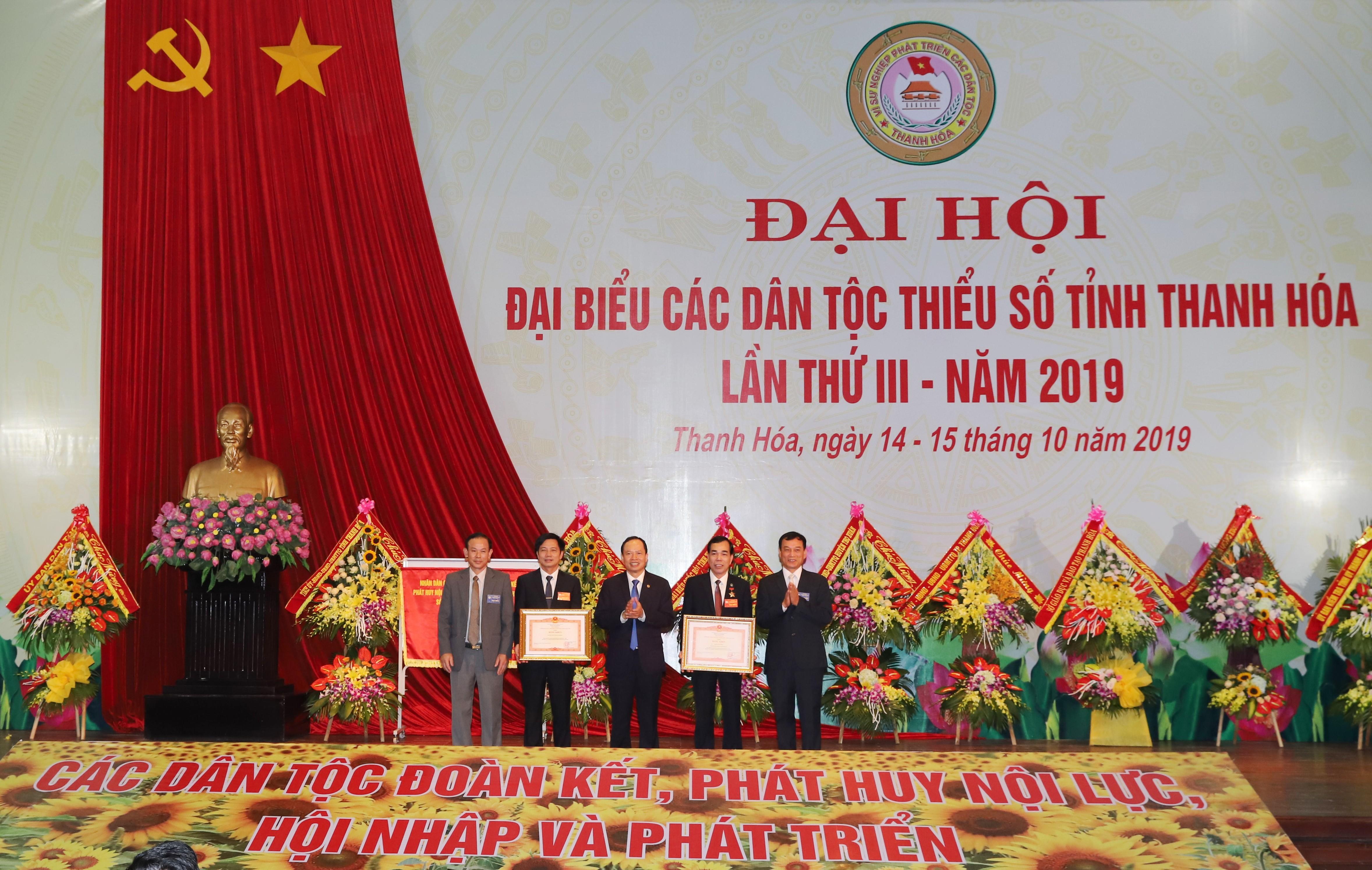 Ông Trịnh Văn Chiến, Ủy viên Trung ương Đảng, Bí thư Tỉnh ủy Thanh Hóa trao Bằng khen của Thủ Tướng Chính Phủ cho 1 tập thể và 1 cá nhân tiêu biểu xuất sắc