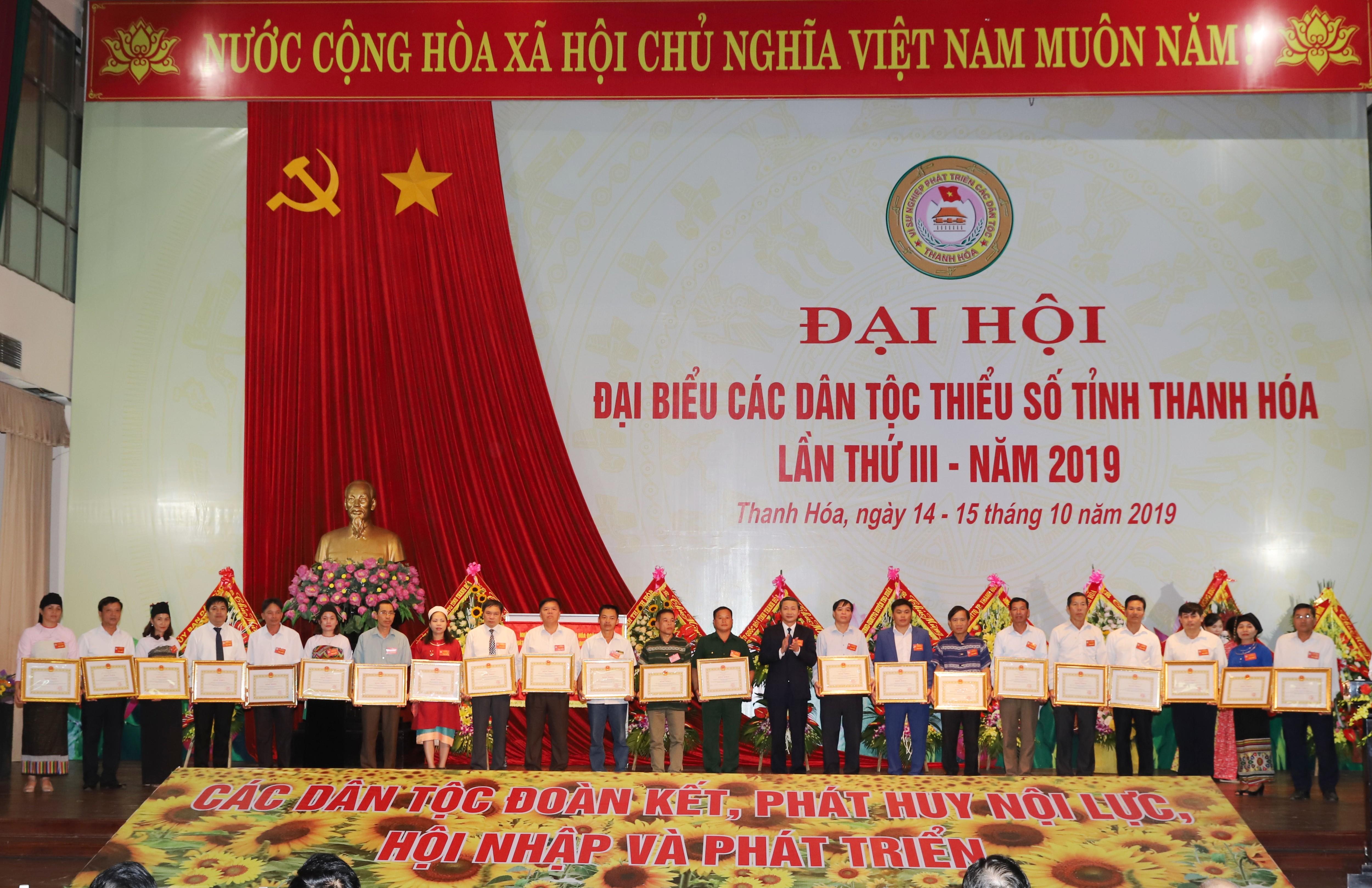 Đại diện lãnh đạo tỉnh Thanh Hóa trao Bằng khen của UBND tỉnh cho 25 tập thể và 232 cá nhân tiêu biểu xuất sắc