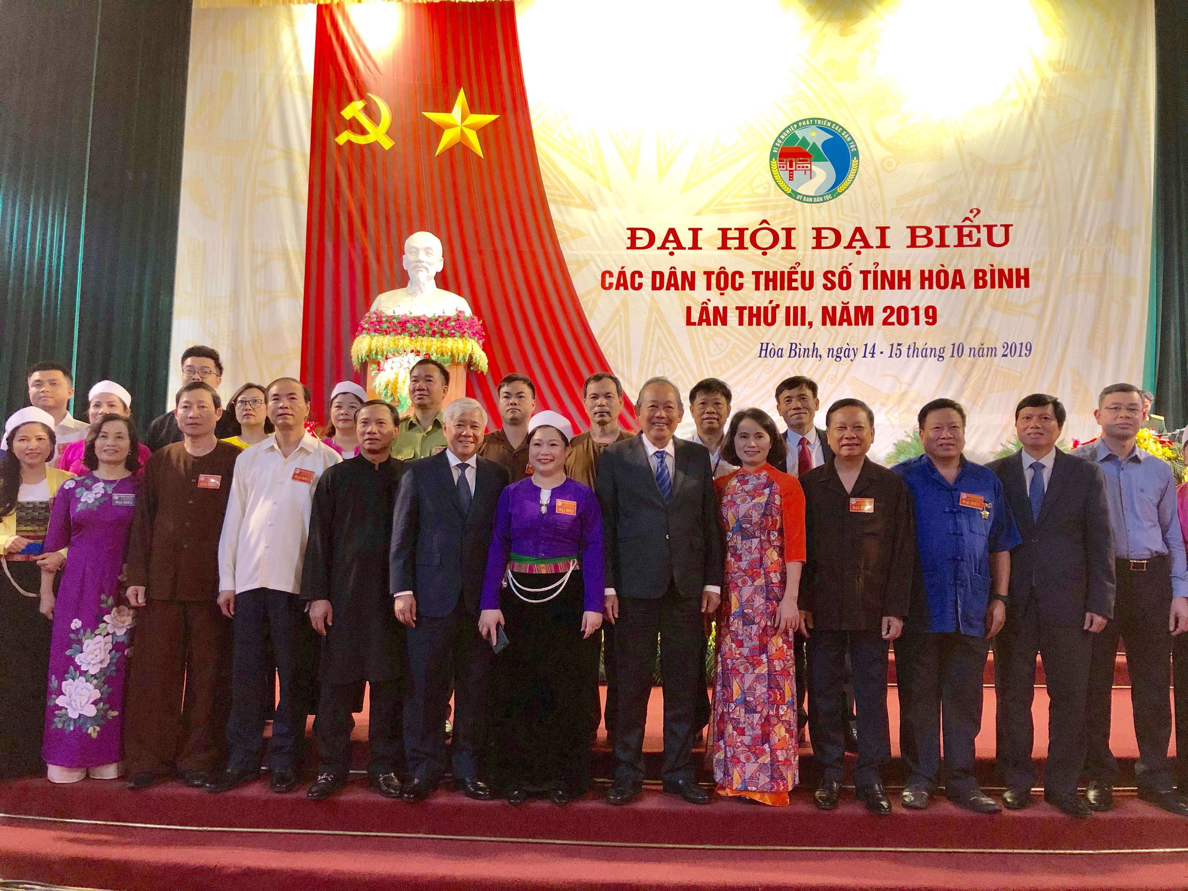 Phó Thủ tướng Thường trực Trương Hòa Bình, Bộ trưởng, Chủ nhiệm Ủy ban Dân tộc Đỗ Văn Chiến chụp ảnh lưu niệm cùng lãnh tập thể lãnh đạo tỉnh Hòa Bình