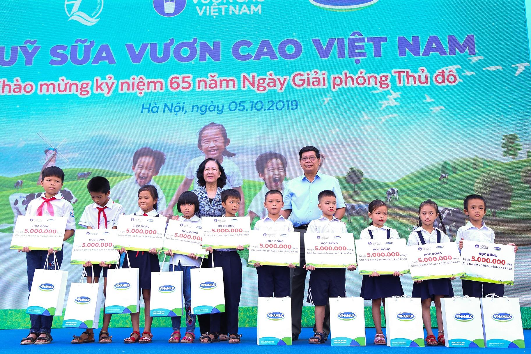 Trưởng Ban Dân vận Trung ương Trương Thị Mai trao học bổng và sữa của Quỹ sữa Vươn Cao Việt Nam cho các em học sinh khó khăn có thành tích học tập tốt của trường Tiểu học Tiên Dược B.