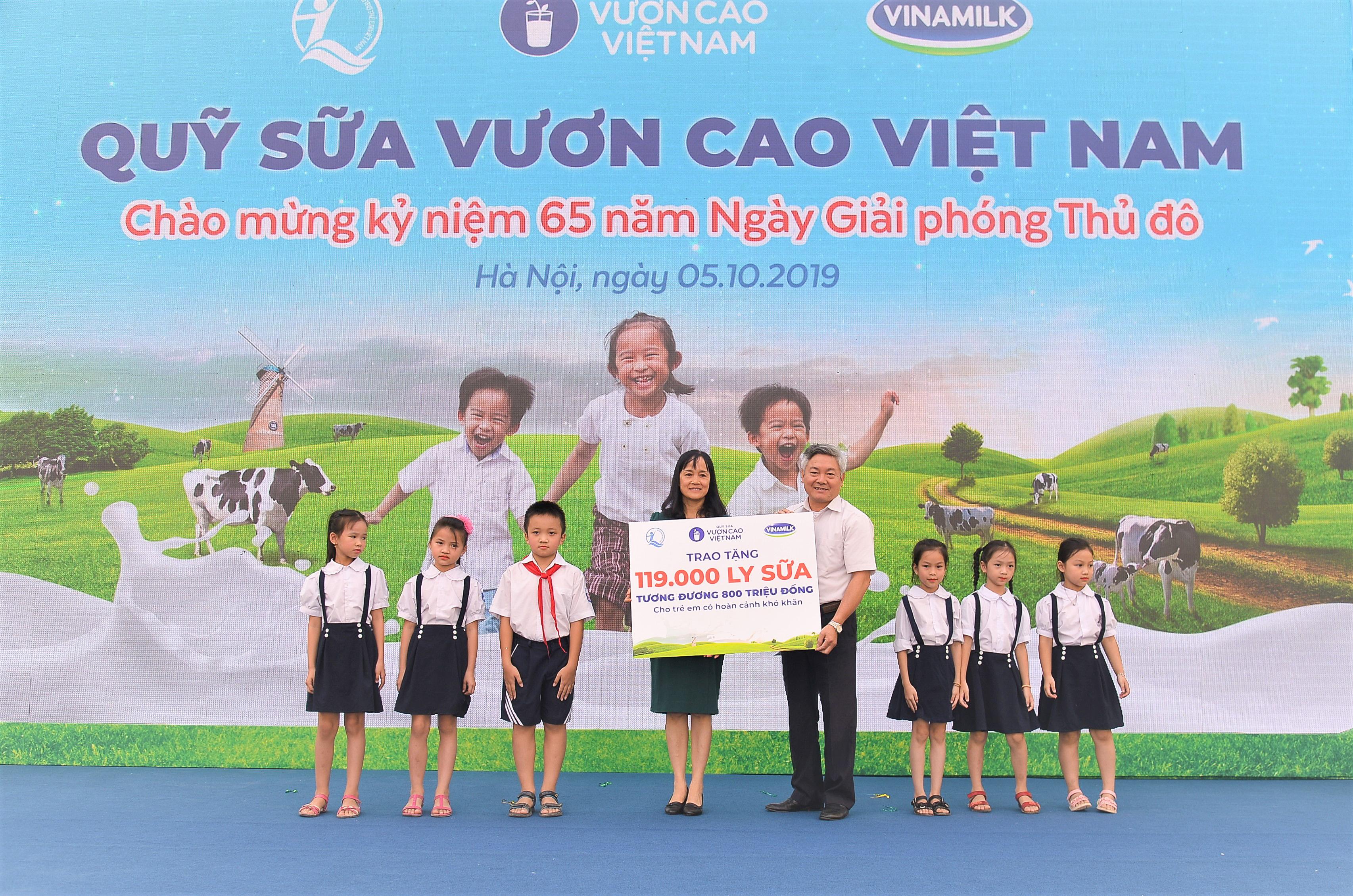 Bà Nguyễn Minh Tâm, Giám đốc Chi nhánh Vinamilk Hà Nội trao tặng bảng tượng trưng 119.000 ly sữa của Quỹ sữa Vươn cao Việt Nam cho hơn 1.300 em học sinh có hoàn cảnh khó khăn tại Hà Nội.