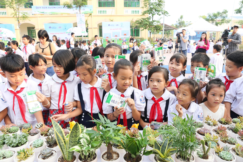 Tham gia đổi vỏ hộp sữa sau sử dụng lấy cây xanh góp phần bảo vệ môi trường là hoạt động đầy ý nghĩa thu hút sự tham gia của các em học sinh Hà Nội.