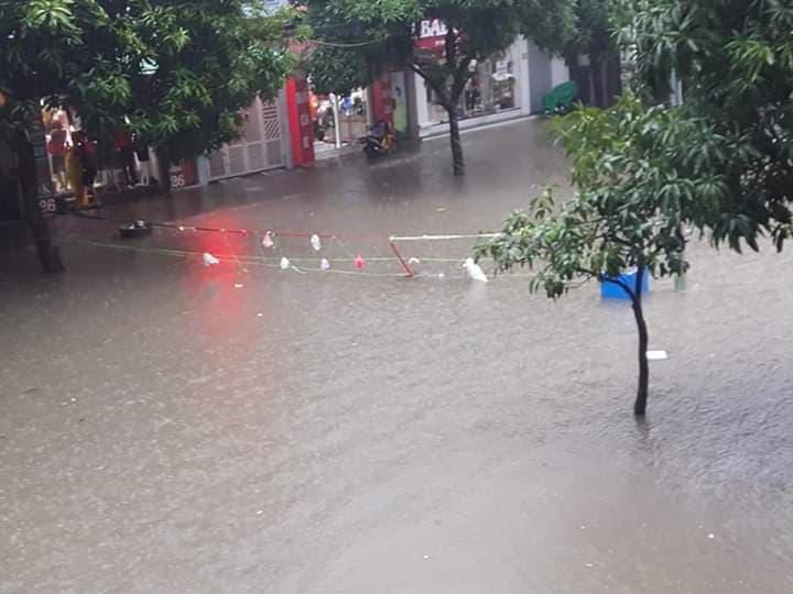 Mưa lớn kéo dài khiến cho nhiều tuyến phố ở TP.Vinh ngập sâu.