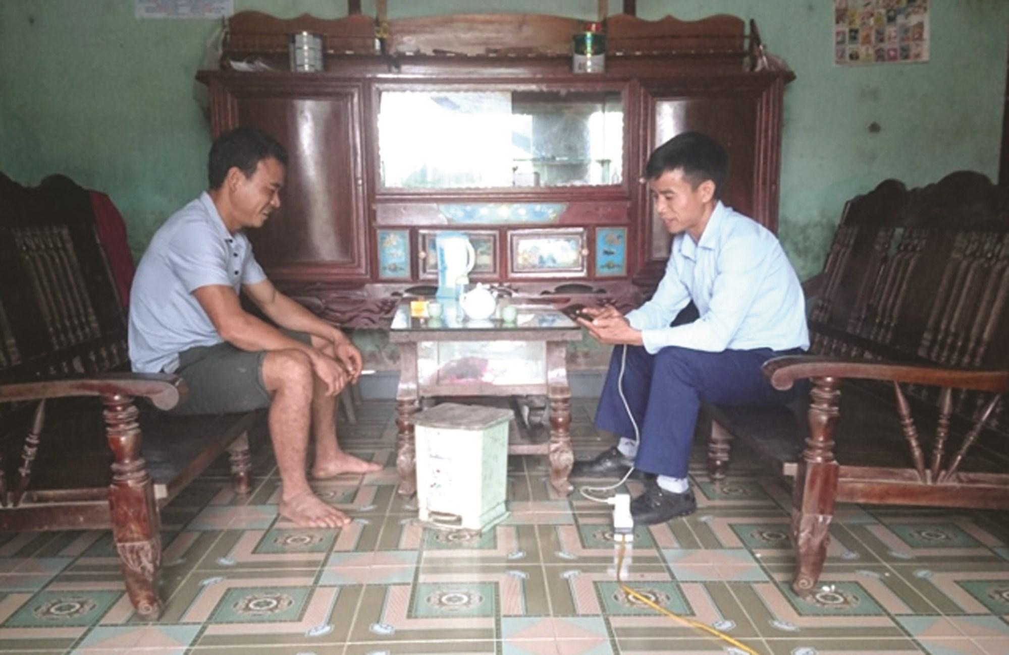 Anh Lê Minh Ngọc (bên phải) điều tra viên thuộc tổ điều tra đơn vị xã Tiến Thắng.