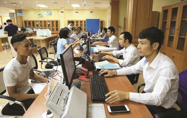 Giải quyết thủ tục hành chính cho người dân tại Trung tâm Hành chính công tỉnh Vĩnh Phúc.
