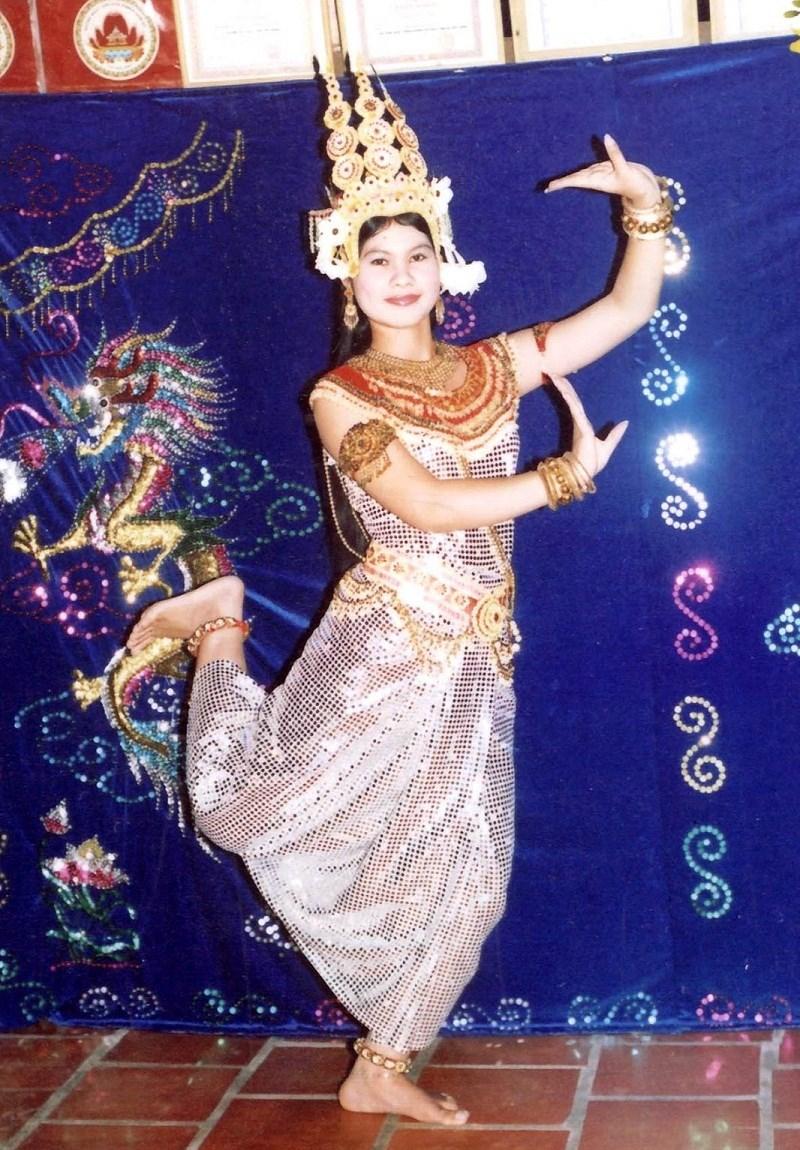 Nghệ nhân Néang Kunh Thia hóa thân vào vũ nữ Áp sa ra.