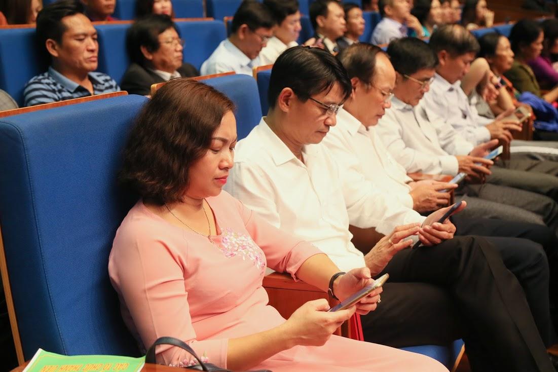 Các đại biểu nhắn tin ủng hộ người nghèo tại chương trình