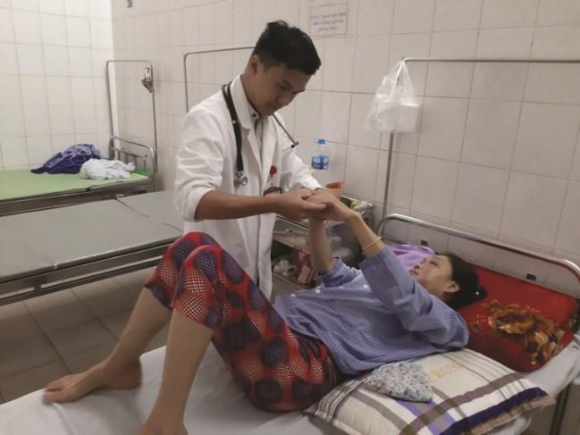 Bác sĩ tương lai Nguyễn Việt Hưng thăm khám cho bệnh nhân.