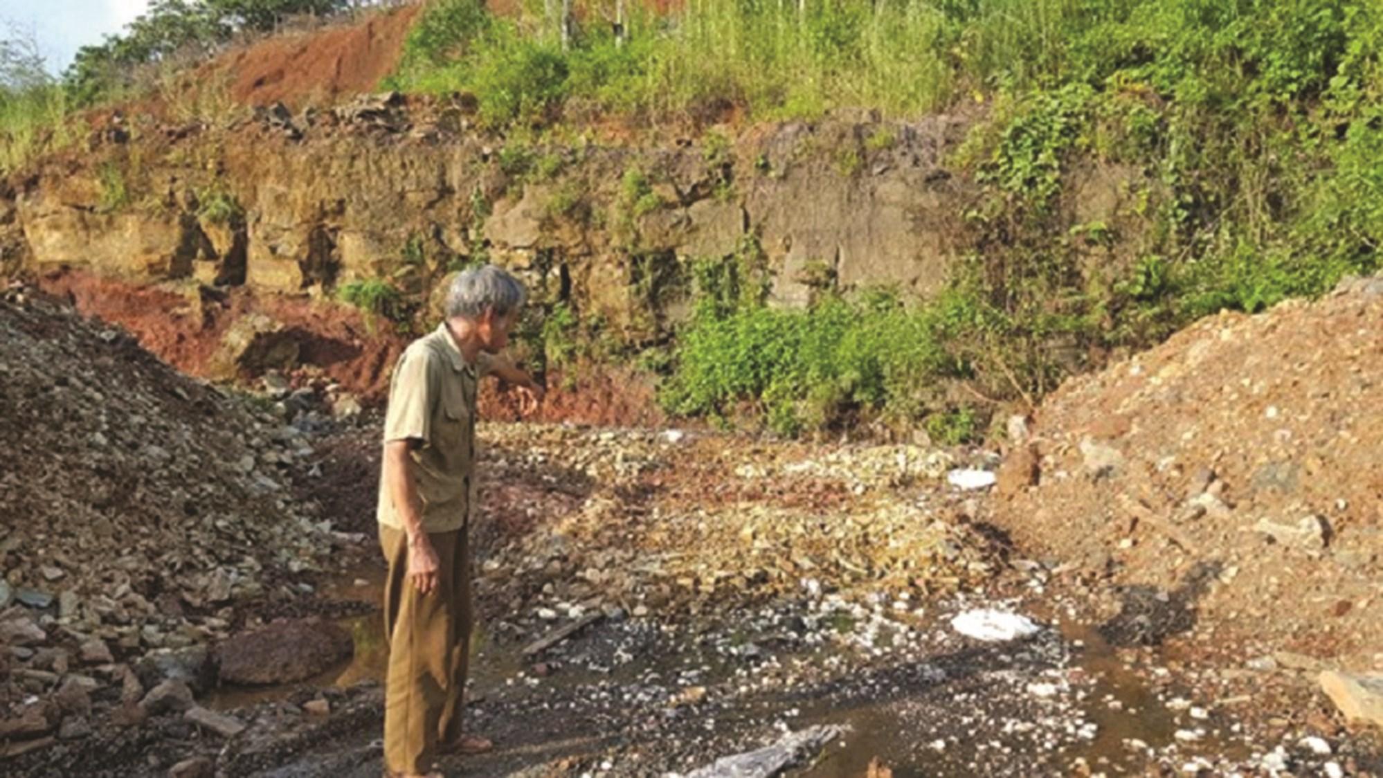 Người dân chỉ nơi chôn rác thải nguy hại.