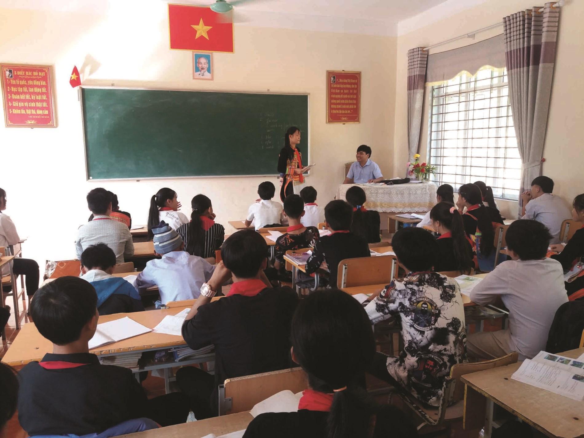 Em Hoàng Thị Yến (người đứng) trong giờ trả bài môn tiếng Anh.