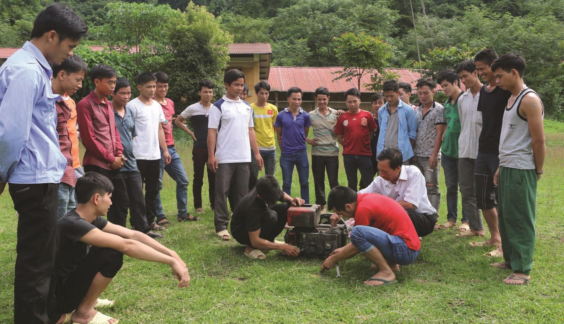 Nông dân huyện Na Hang kiểm tra máy nông nghiệp trước khi hoạt động.