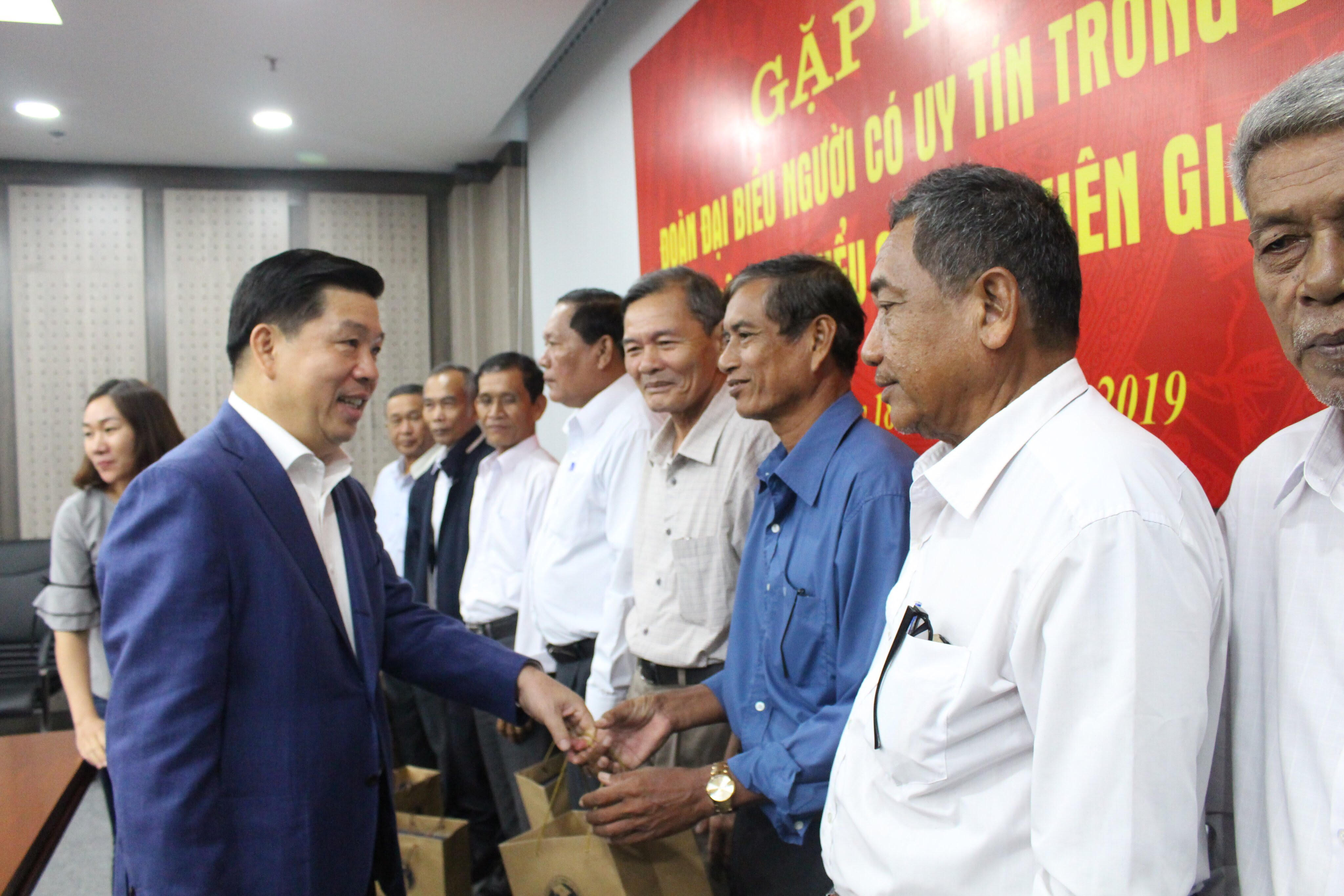 Thứ trưởng, Phó Chủ nhiệm UBDT Lê Sơn Hải tặng quà cho các đại biểu.