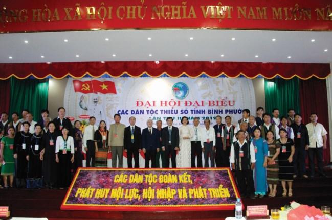 Thứ trưởng, Phó Chủ nhiệm UBDT Nông Quốc Tuấn chụp ảnh với các đại biểu tại Đại hội.