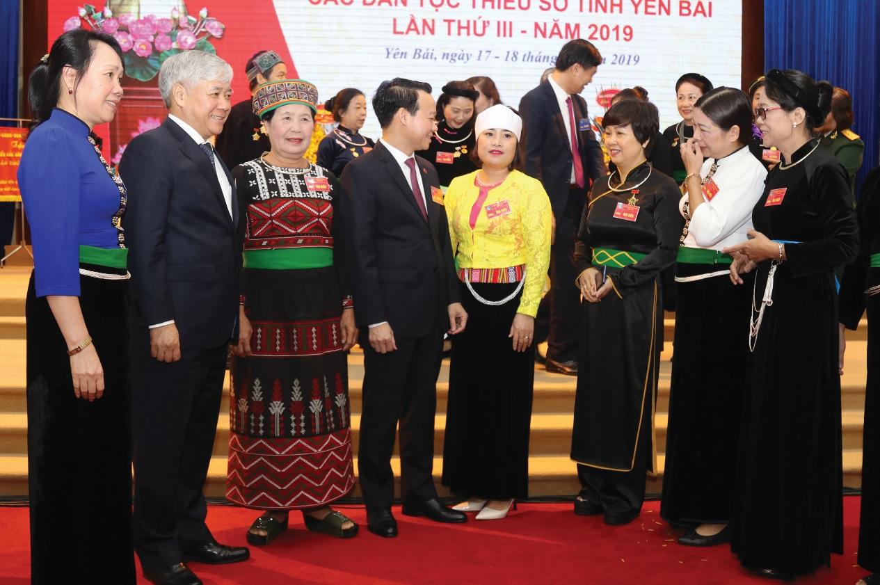 Bộ trưởng, Chủ nhiệm UBDT Đỗ Văn Chiến trò chuyện với các đại biểu